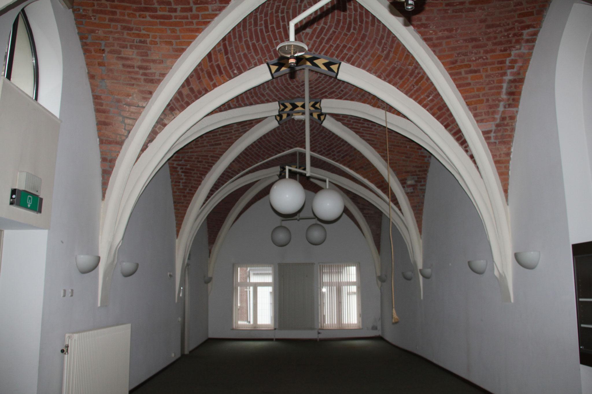 Vijftiende-eeuws kruisribbengewelf van de kapel, met decoratieve sluitstenen.