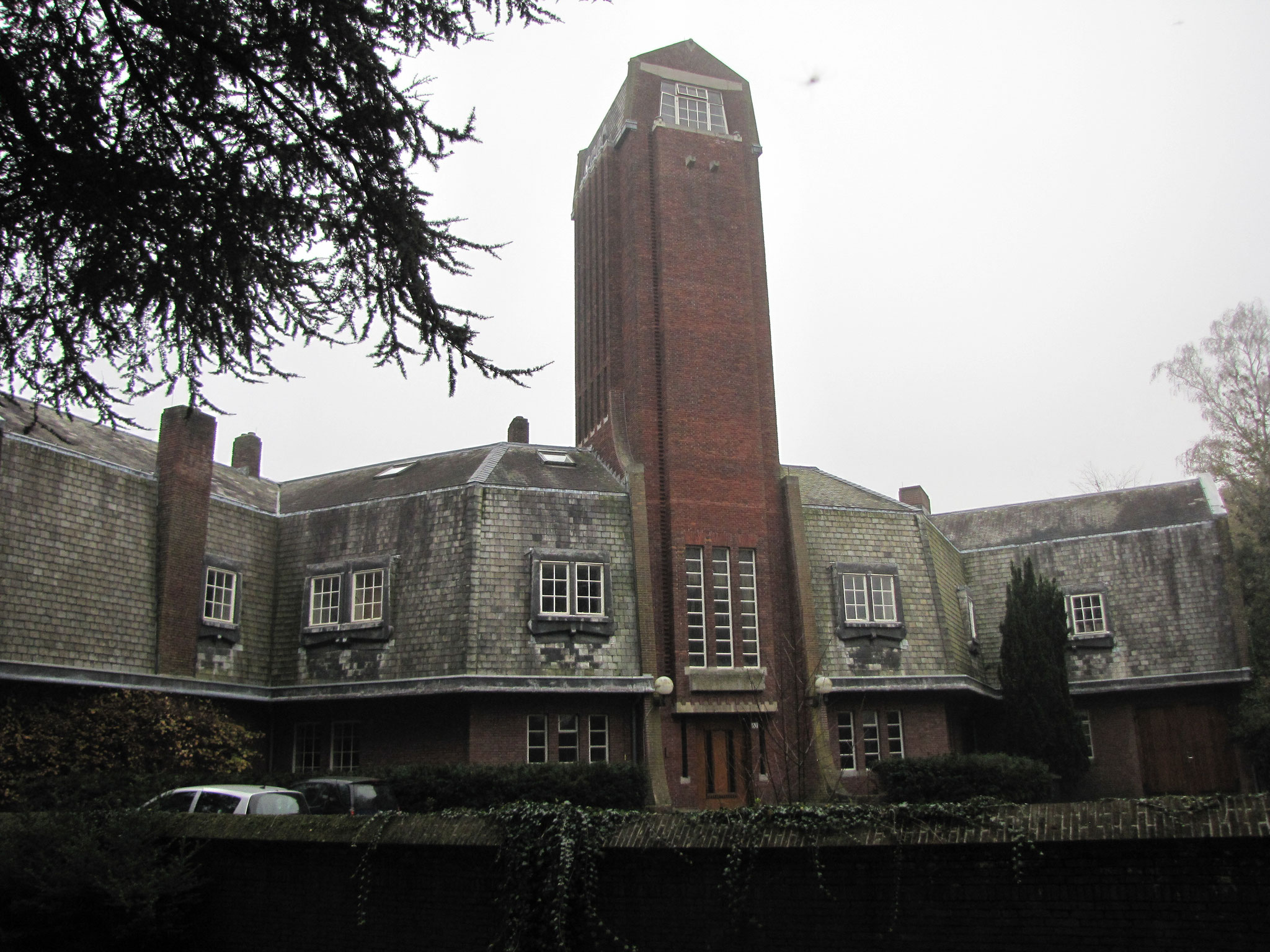 De voorzijde van de villa, met de karakteritieke, twintig meter hoge toren boven de entree.