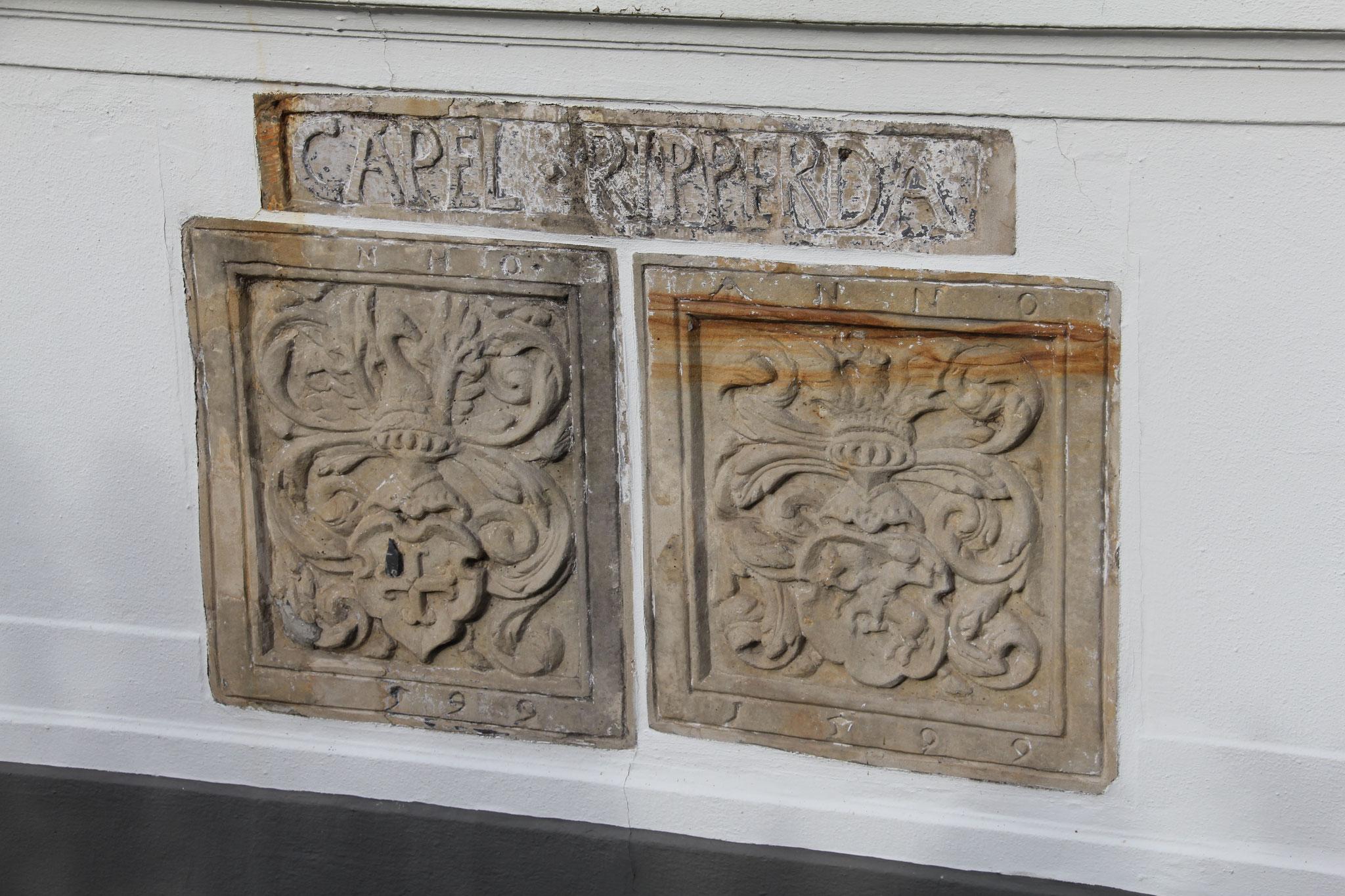 Twee gevelstenen met familiewapen uit 1599.