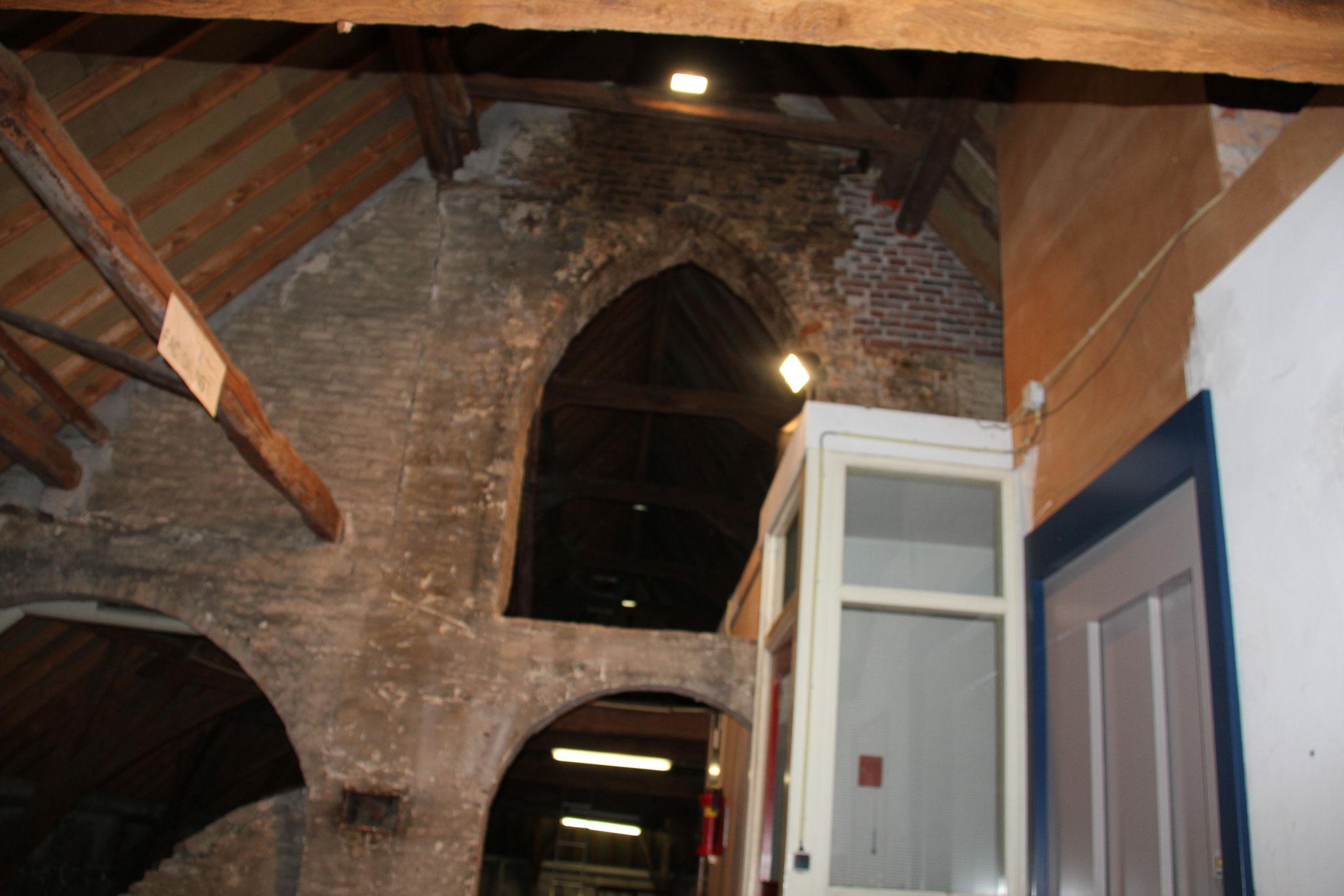 Gotische opzet muur halverwege de zoldering van de zuidoost vleugel.