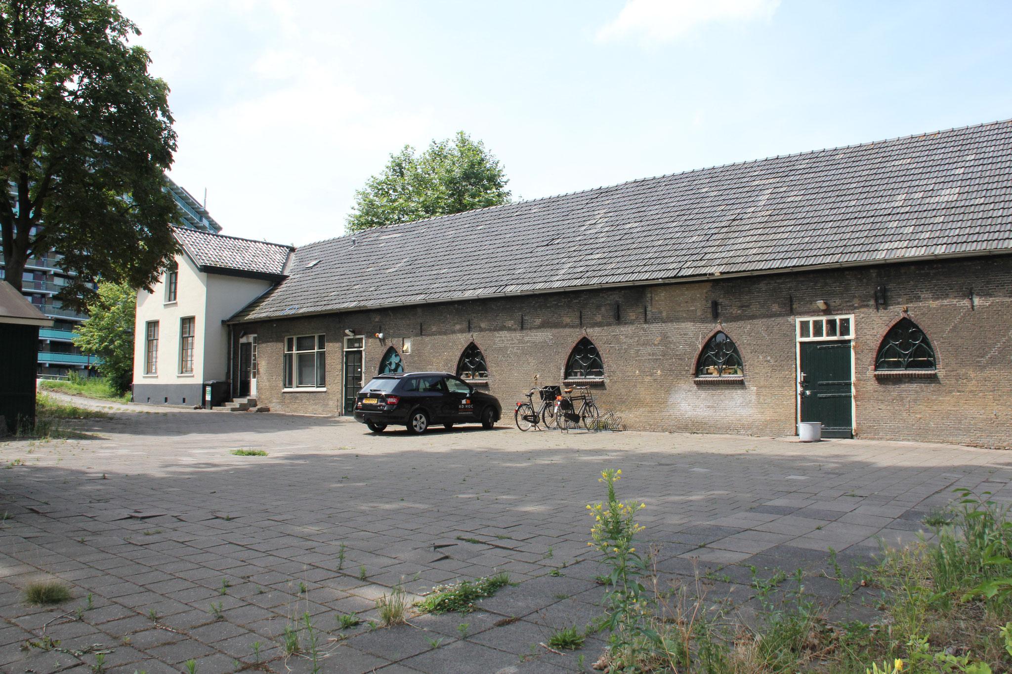 Het achterhuis, met opvallende neogotische stalvensters