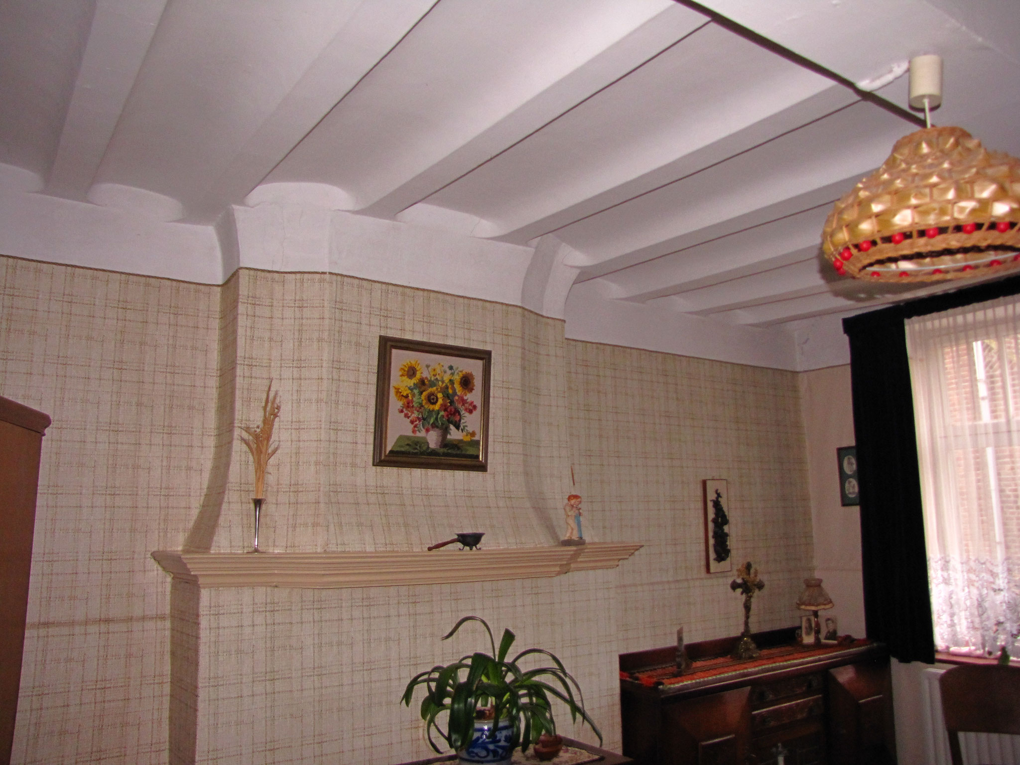De Goeikamer, met achttiende eeuwse schouw en gespelderde plafonds.