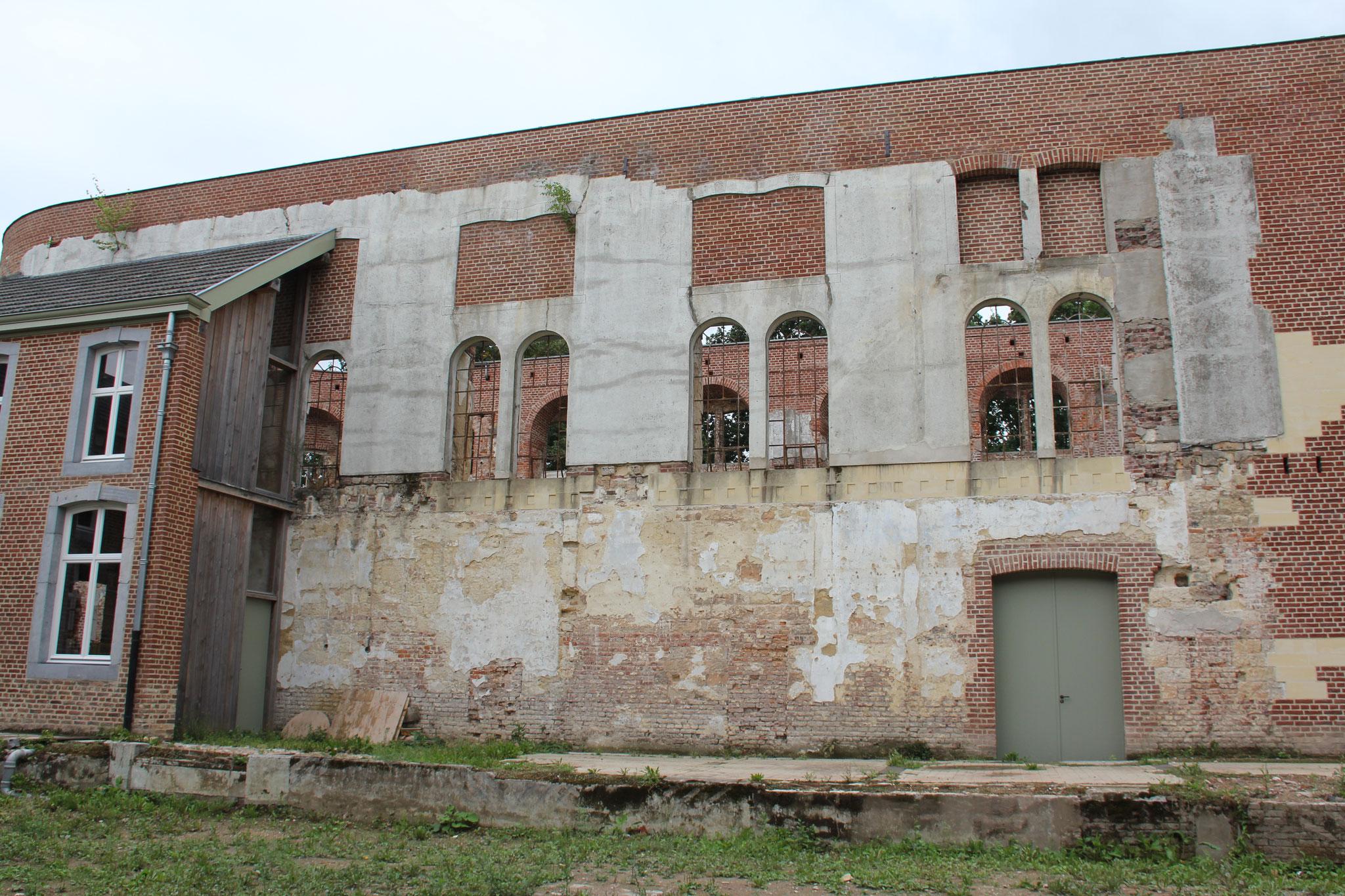 De noordgevel van de kapel met links de gerestaureerde, tweelaags kloostergang.