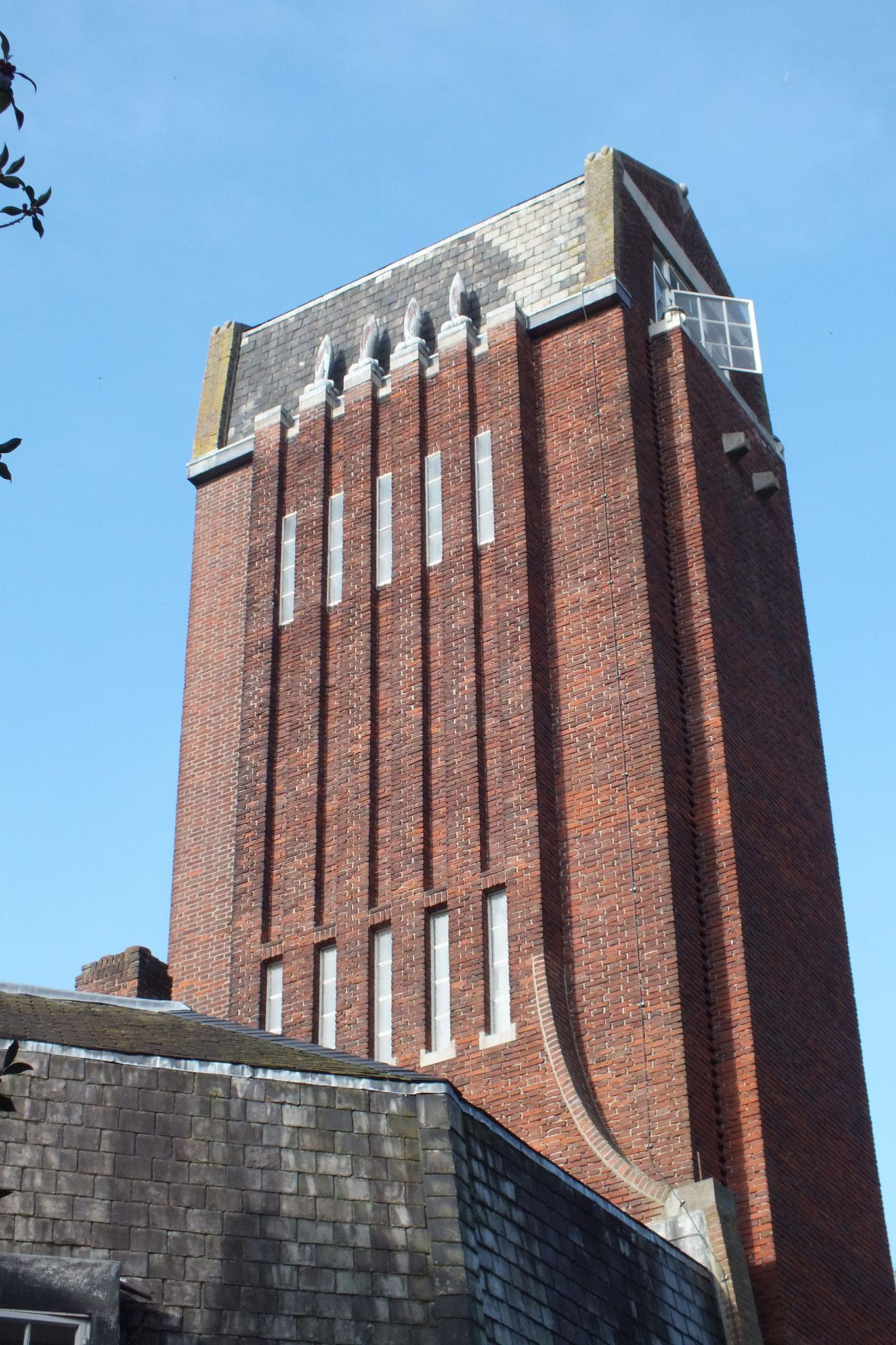 De markante toren met loden ornamenten