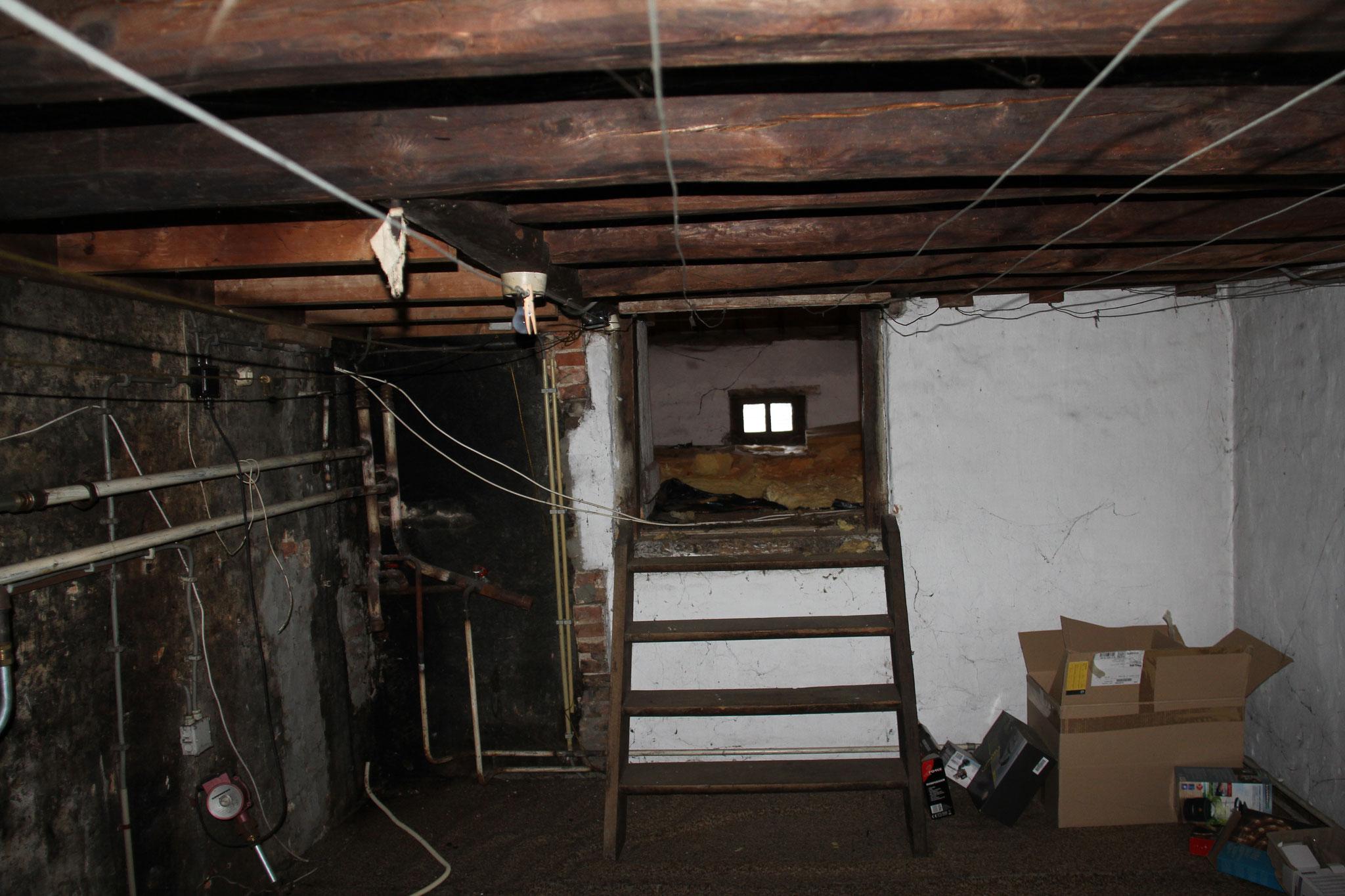 Tussenverdieping: latere toevoeging onder andere herkenbaar aan rondhouten naaldhouten balklaag.