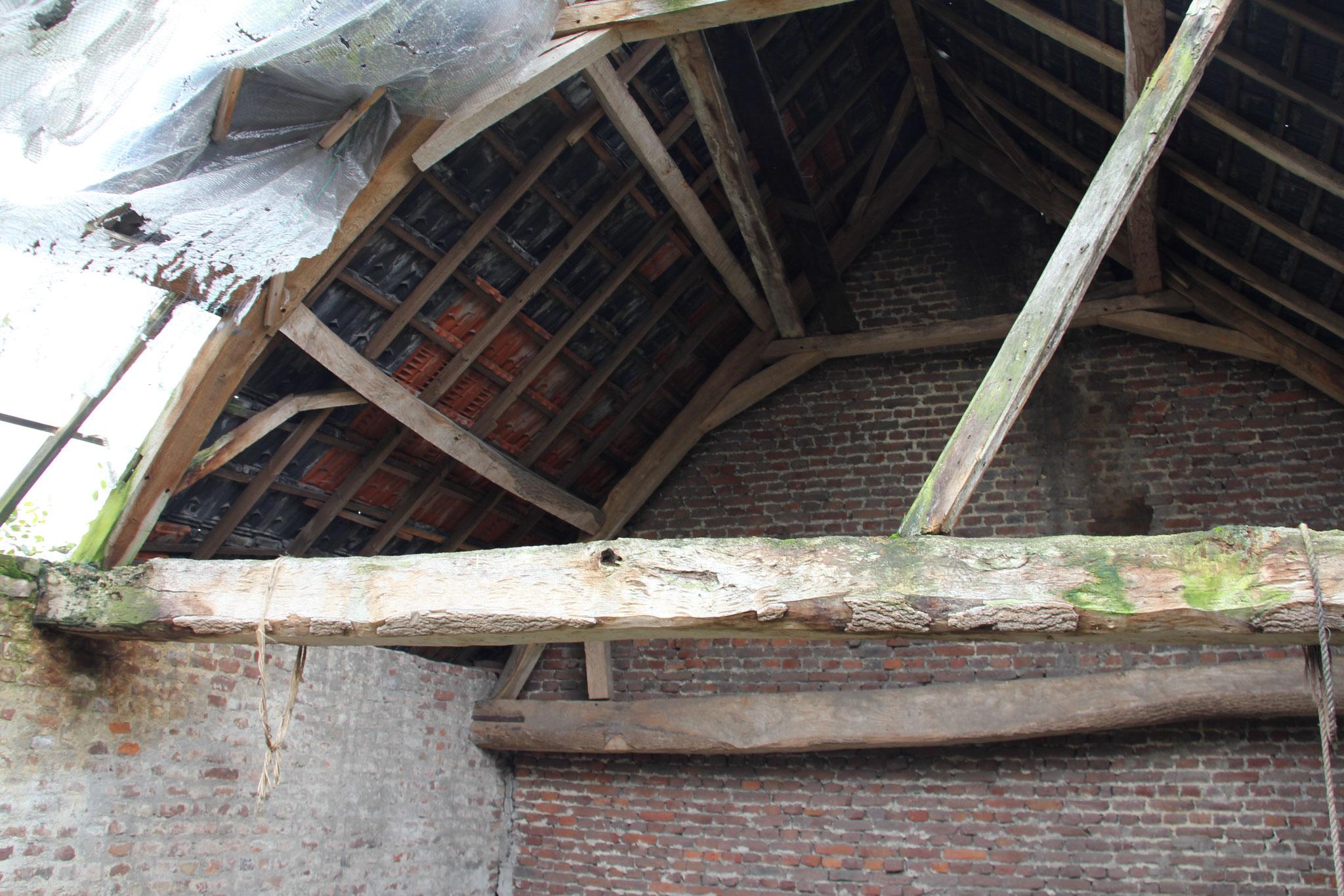 Eiken spanten in de oostvleugel (dak deels weggevallen).