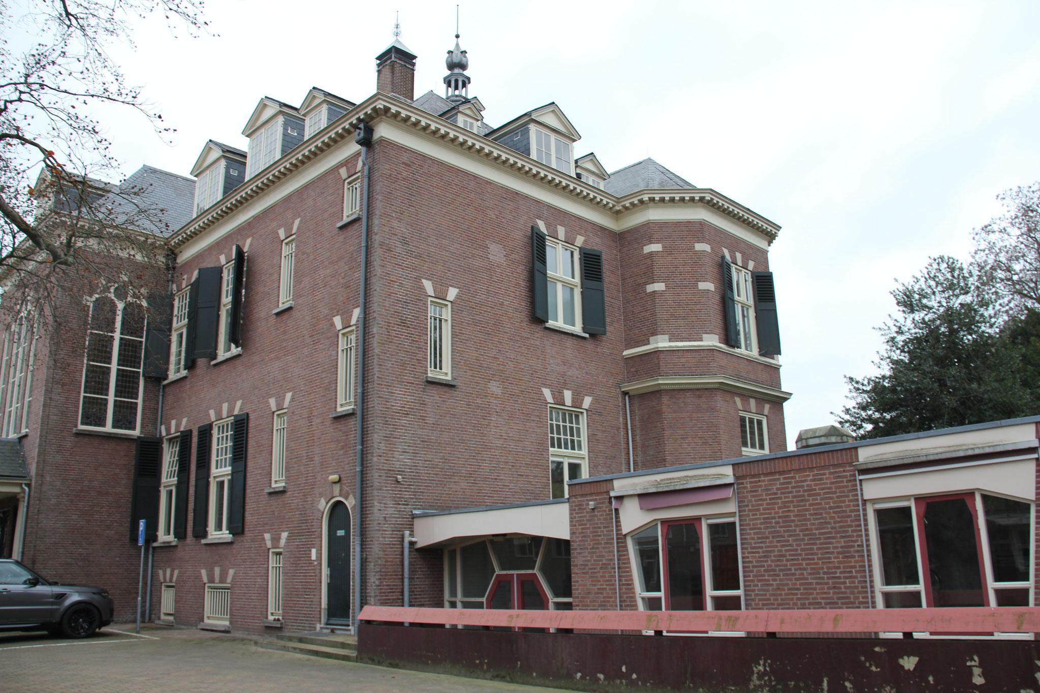 Westgevel landhuis Veldheim met aanbouw uit de jaren zeventig