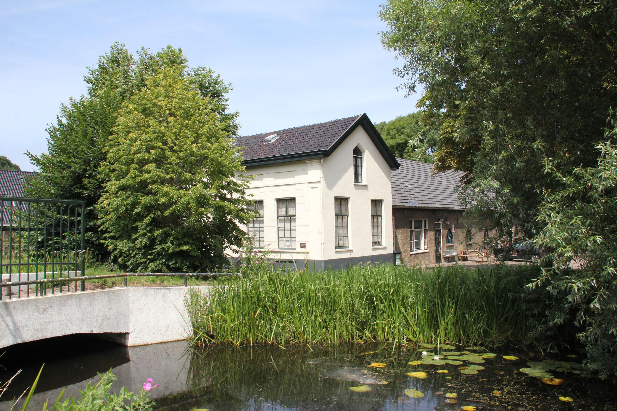 Huis gezien vanaf de overzijde van de wetering