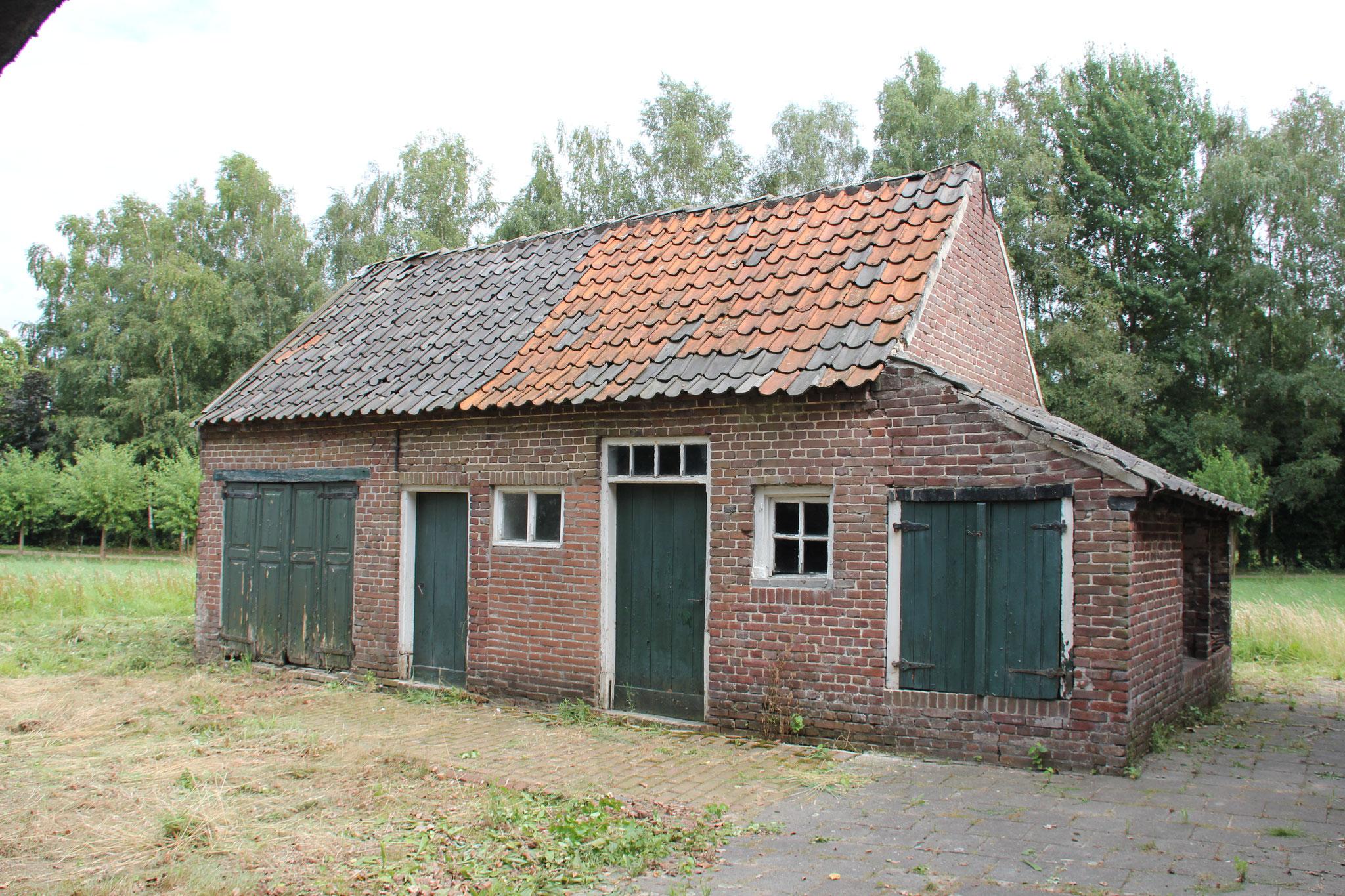 Het bakhuisje met stal.
