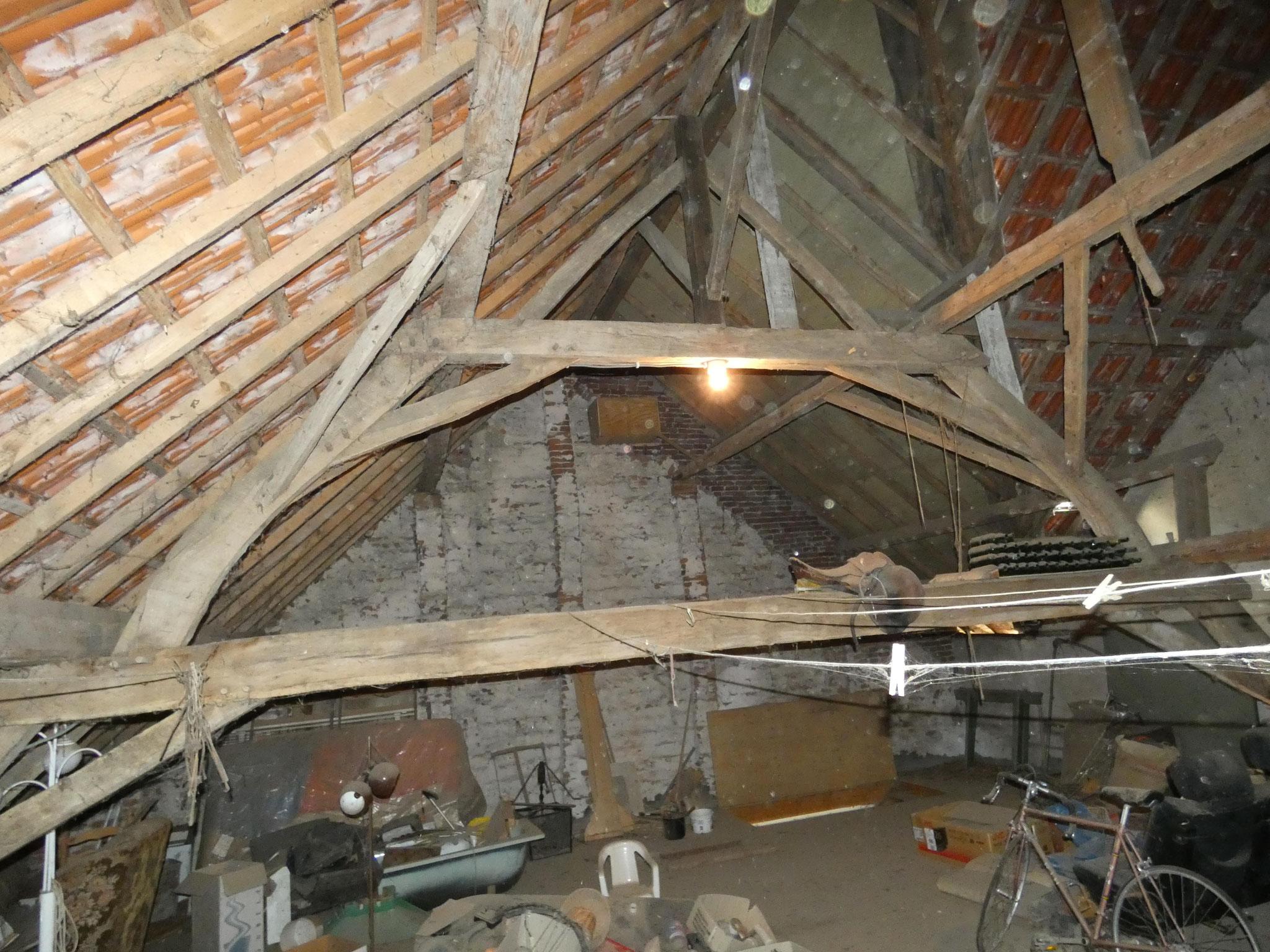 Sporen aan de kapconstructie tonen aan dat het zuidelijke dakschild (ten oosten van de stal uit 1950) is opgehoogd. Dit hangt samen met het verdwijnen van de geveltop van de schuur.