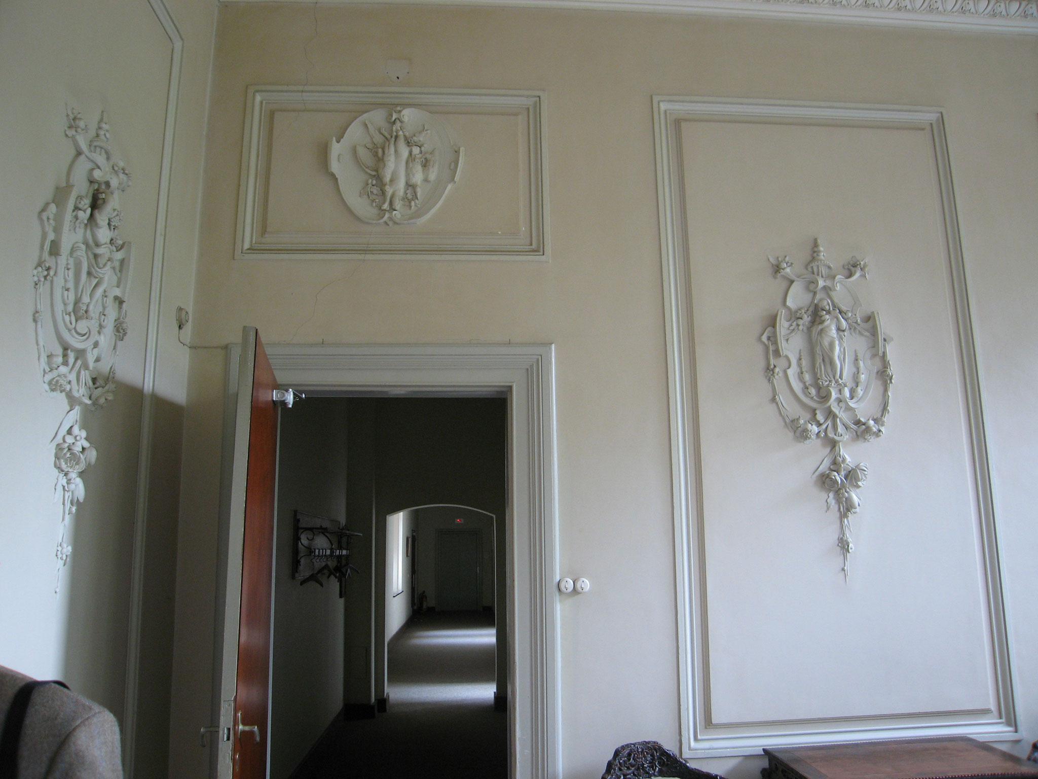 Wandornamentiek in de salon, in verfijnde neoclasscistische stijl.