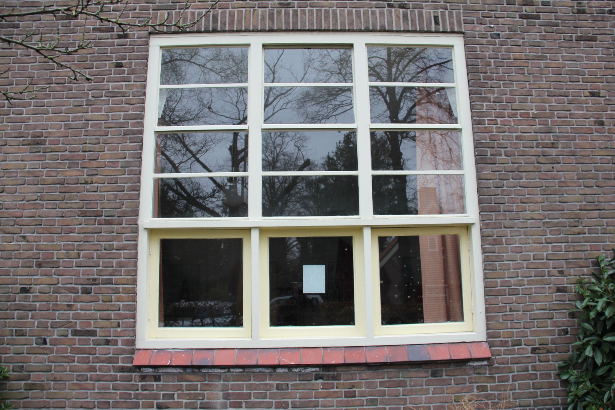 De vensters zijn alle authentiek: vóór in de dag geplaatst, onderlichten in hout en ver naar achter, bovenlichten van staal.
