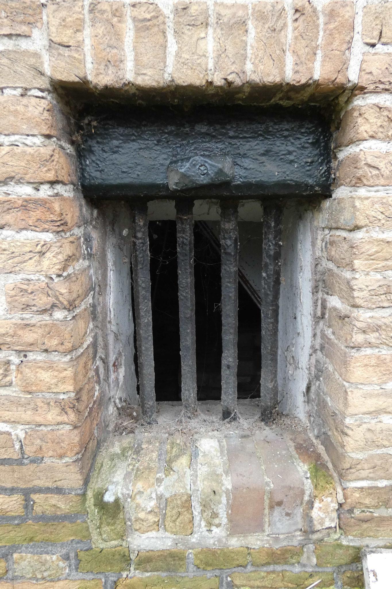 Detail van een van de keldervensters.