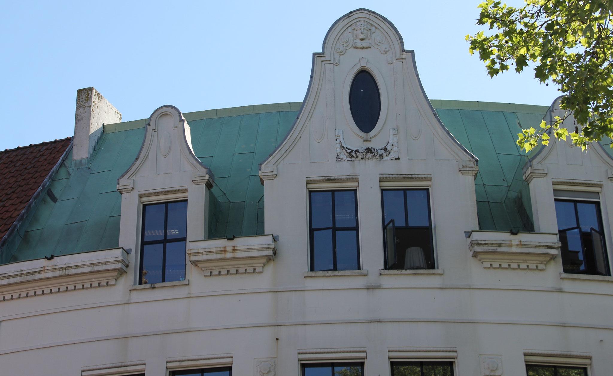 Zinken dak en rijke detaillering.