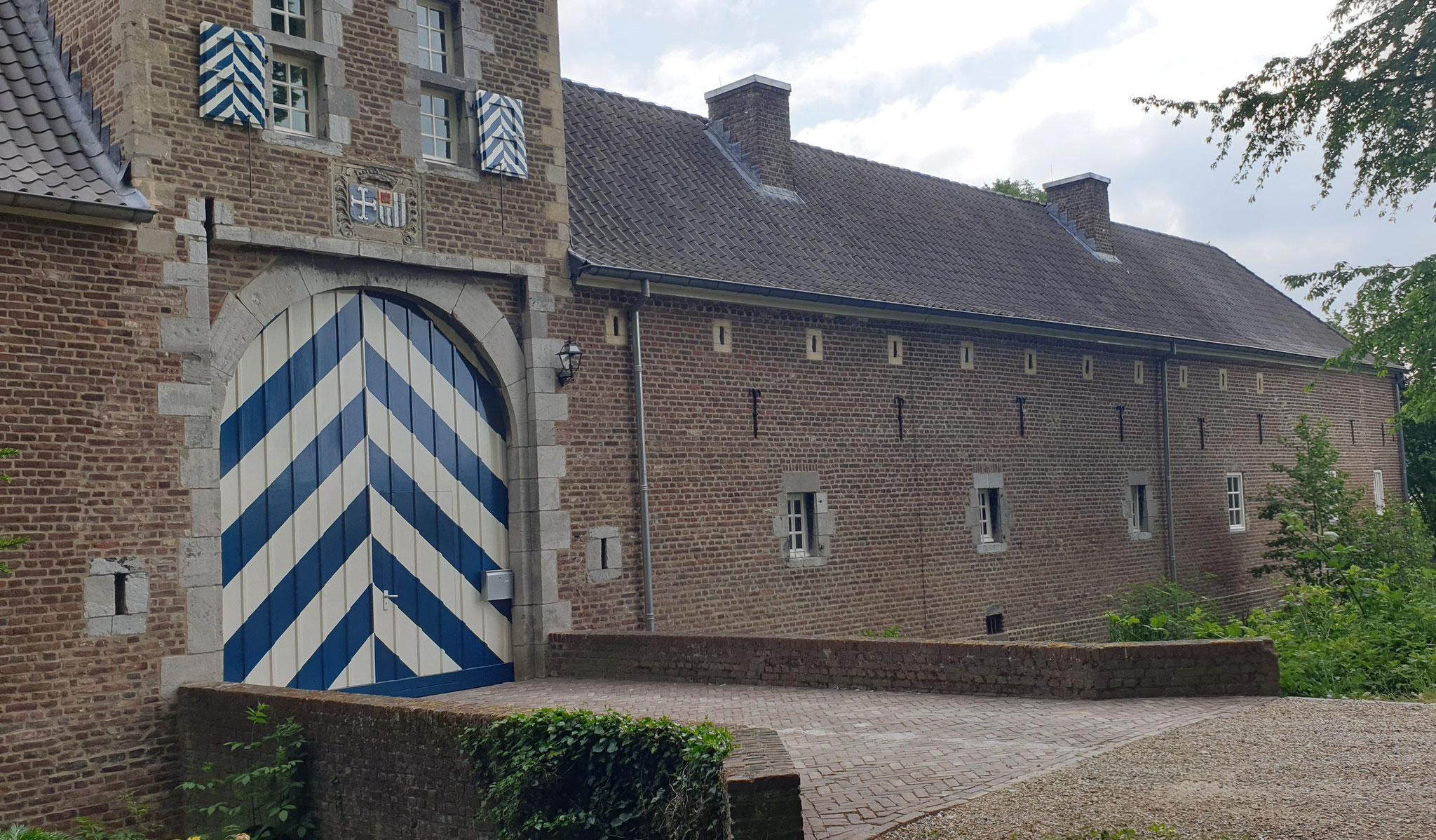 Poortgebouw en hoofdvolume van de kasteelhoeve van Wolfrath