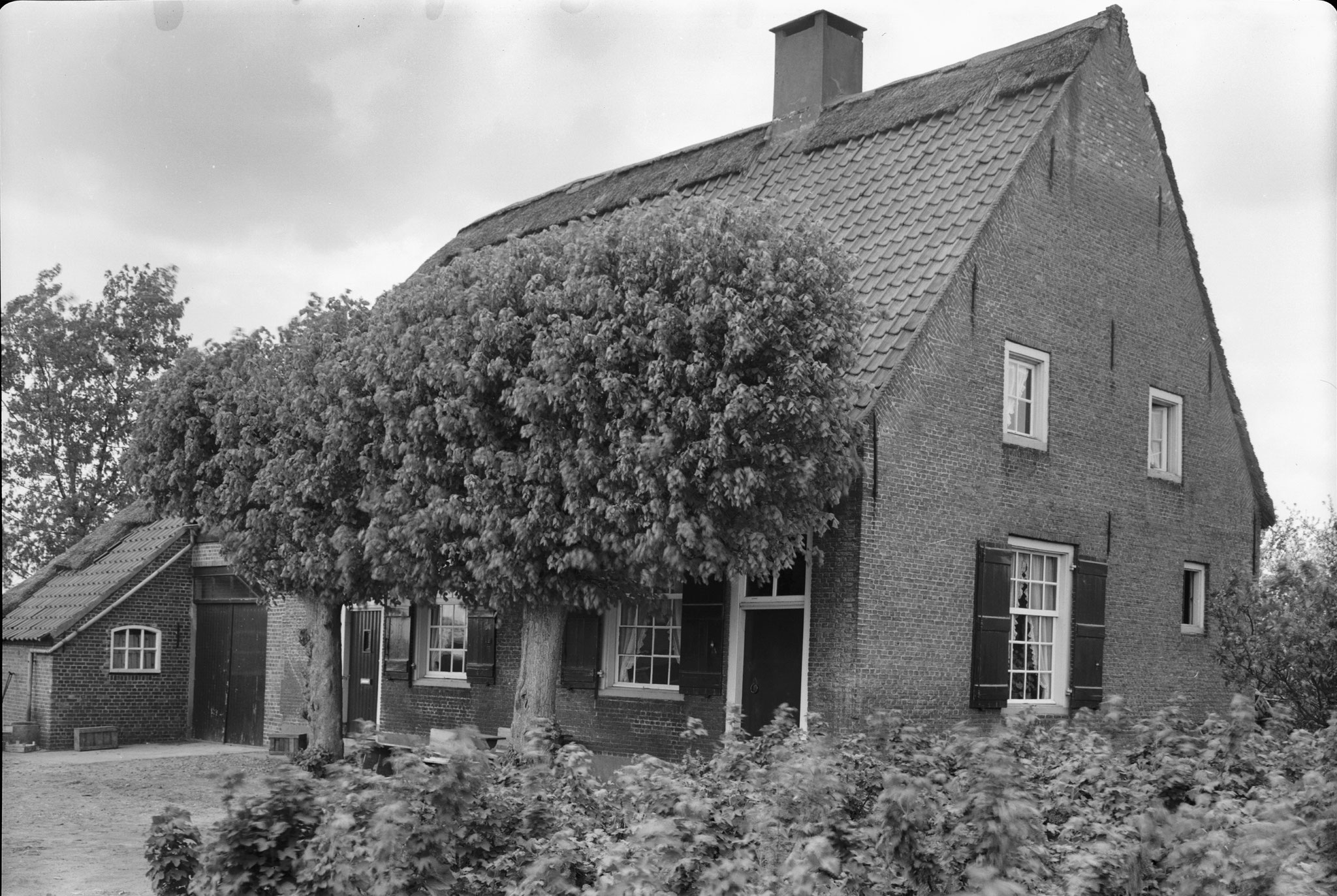 Foto uit 1962. Hierop is de rechter voordeur en de poort in het achterhuis nog zichtbaar (bron: beeldbank RCE).