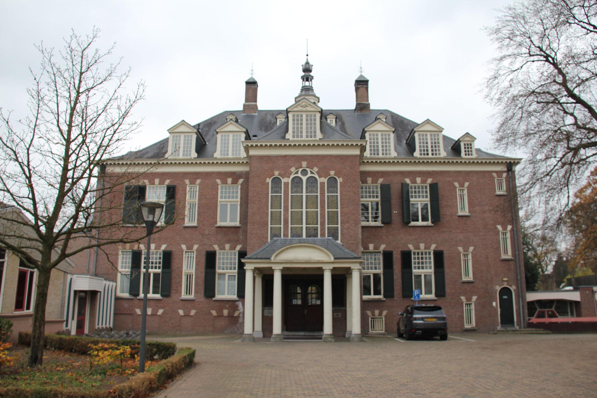 Noordgevel landhuis Veldheim met tegen het middenrisaliet een porte cochere