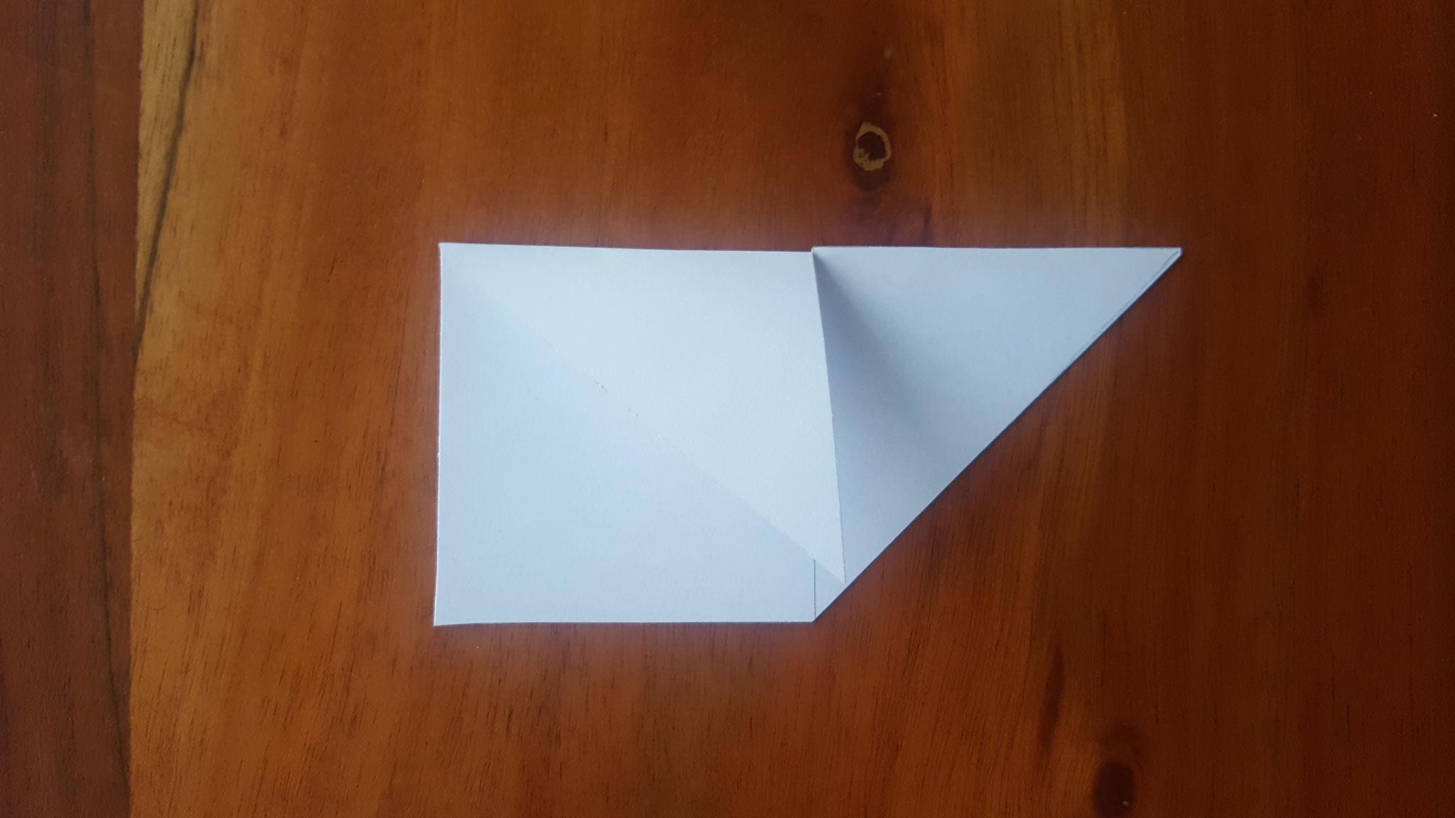 Das erste Dreieck zur Mitte hingeknickt