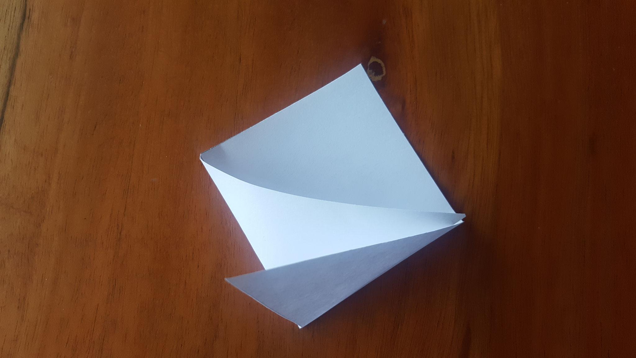 Beide Dreiecke zur Mitte hingeknickt