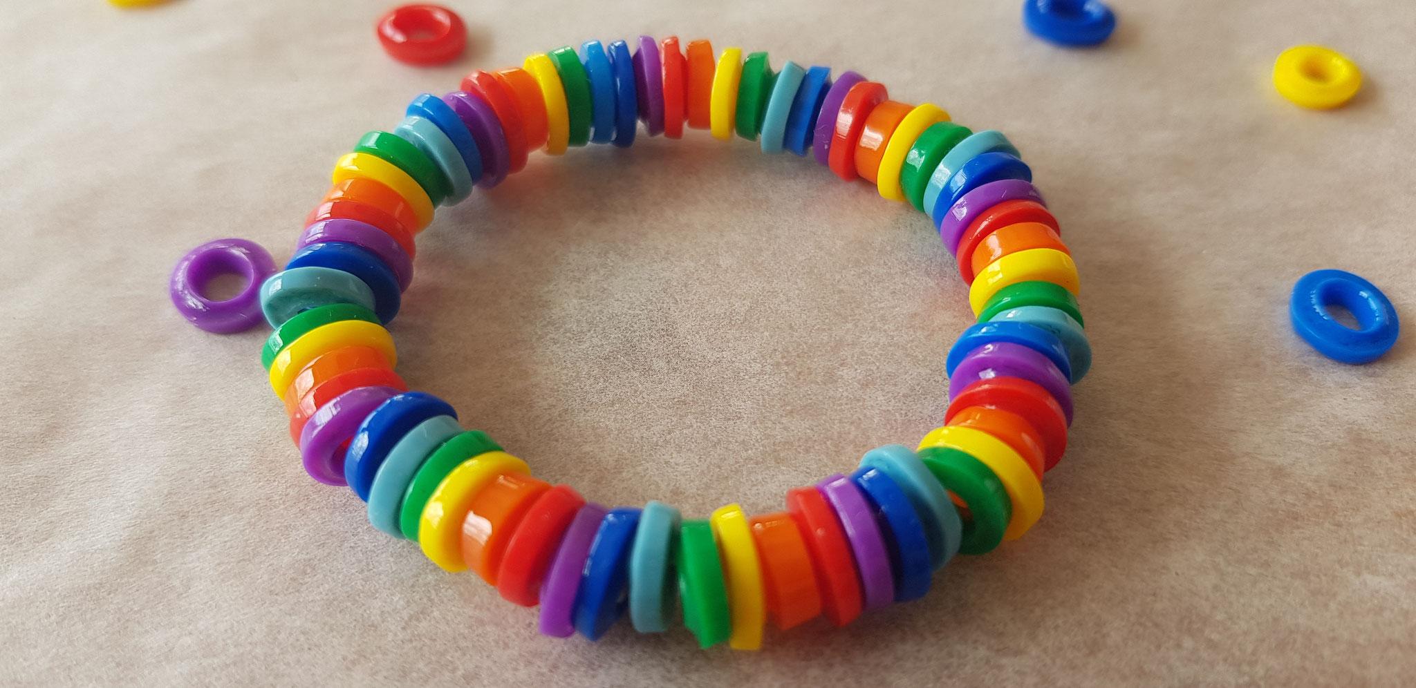 Fertiges Regenbogenarmband
