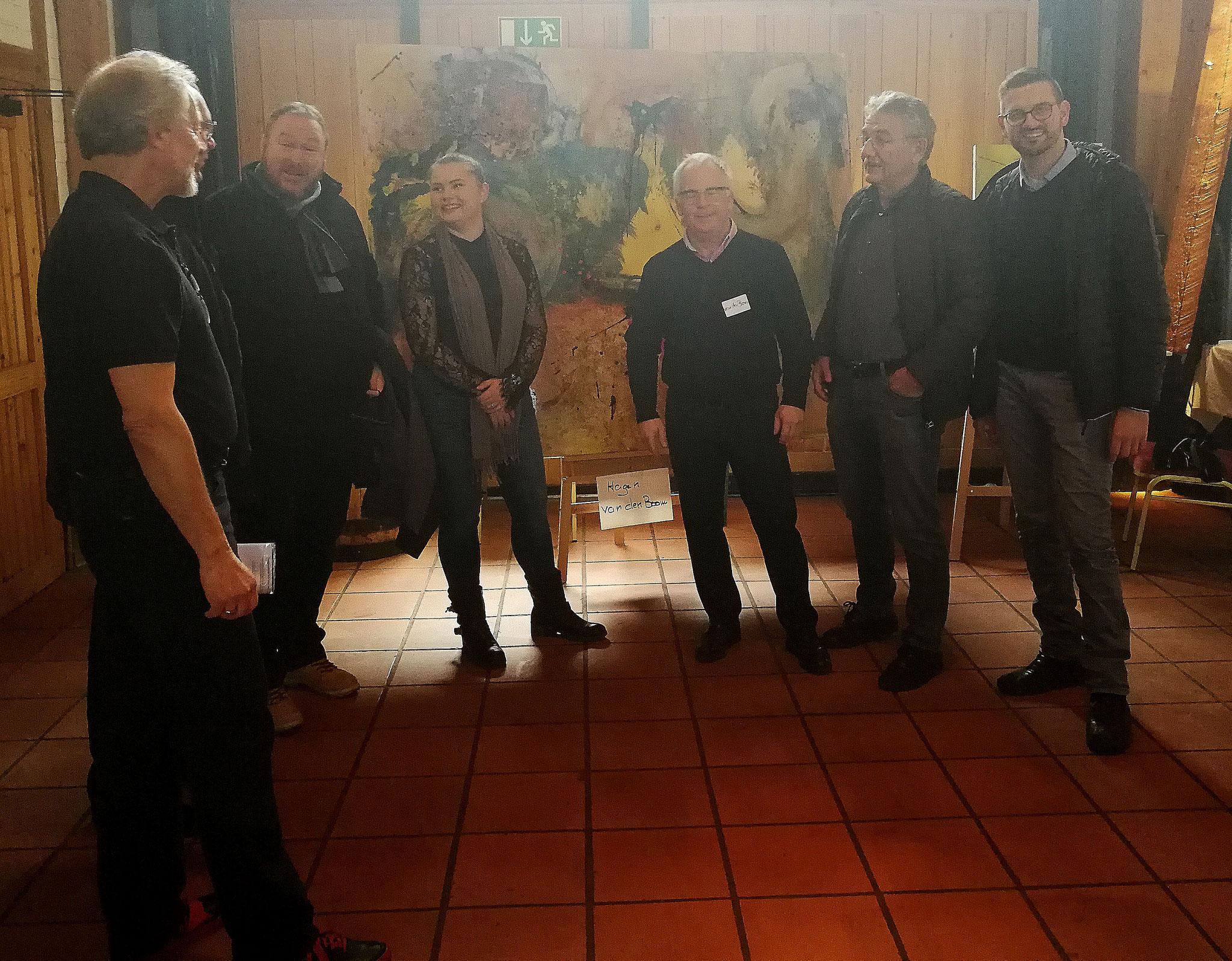 Gruppenbild nach der Eröffnung mit Künstler Hagen van den Boom vor dessen größtem Exponat