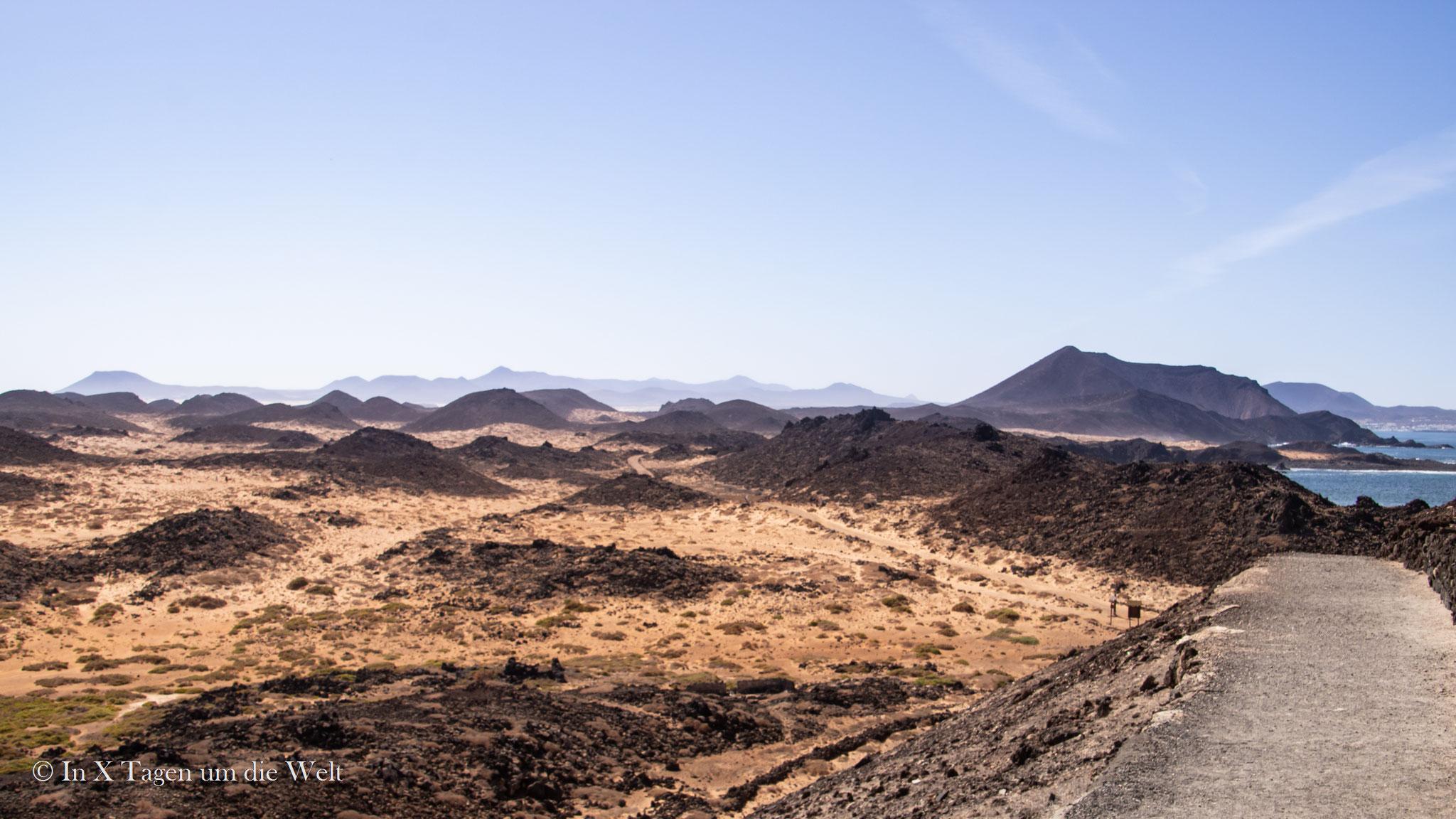 """Blick auf die """"hornitos"""" auf der Isla de Lobos"""