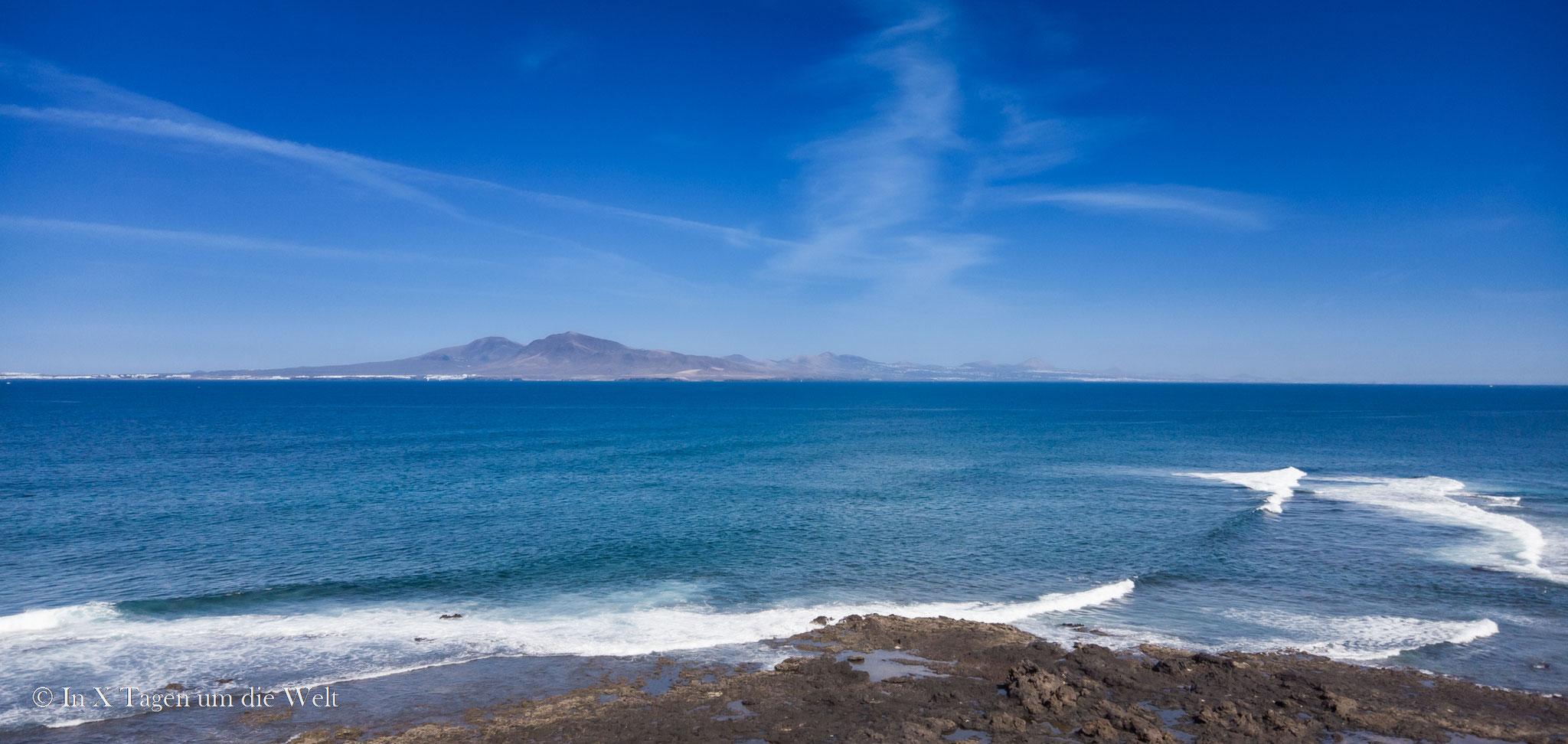 Blick hinüber auf Playa Blanca und die Ostseite von Lanzarote