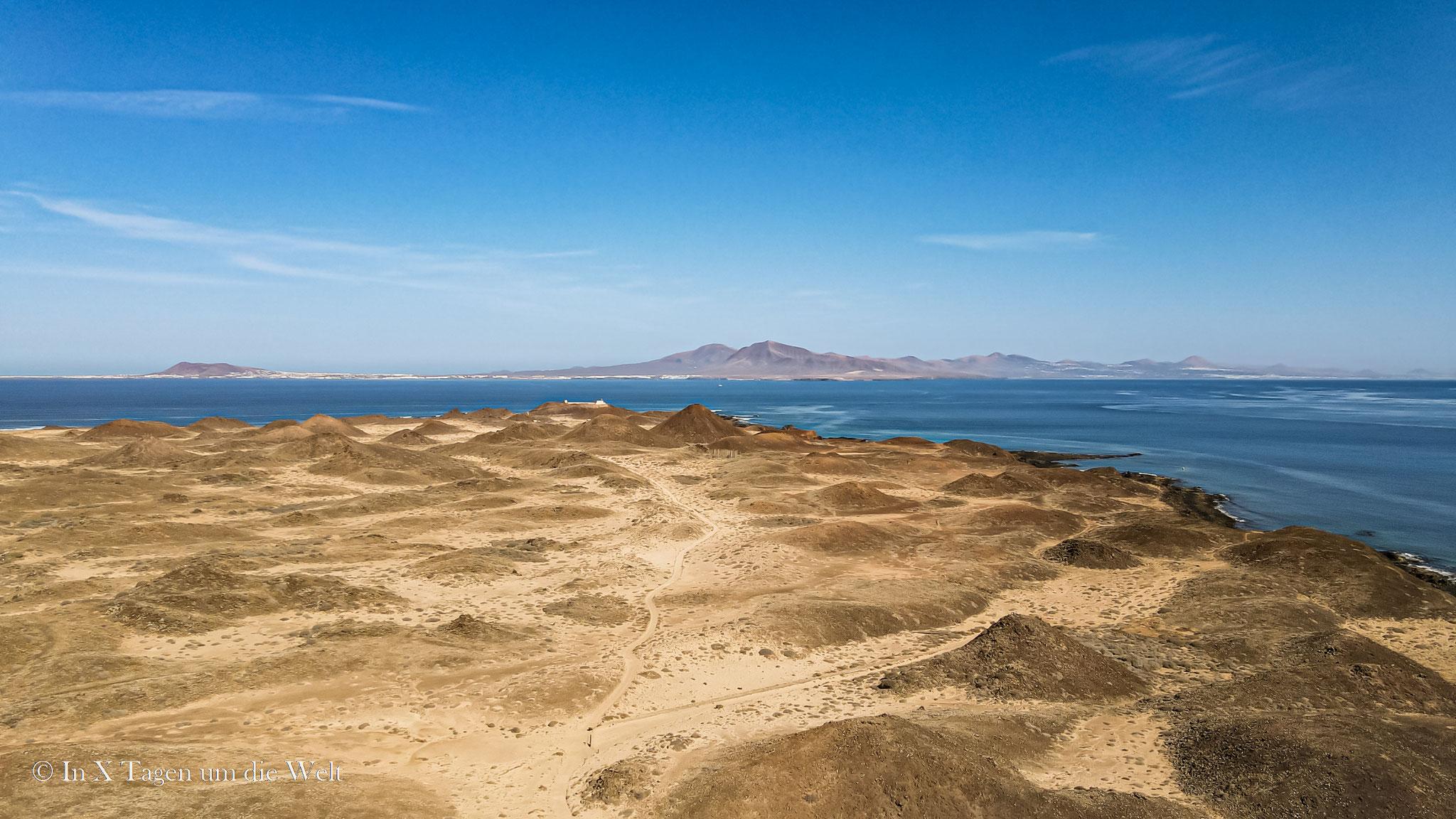 Isla de Lobos von oben, im Hintergrund Fuerteventura