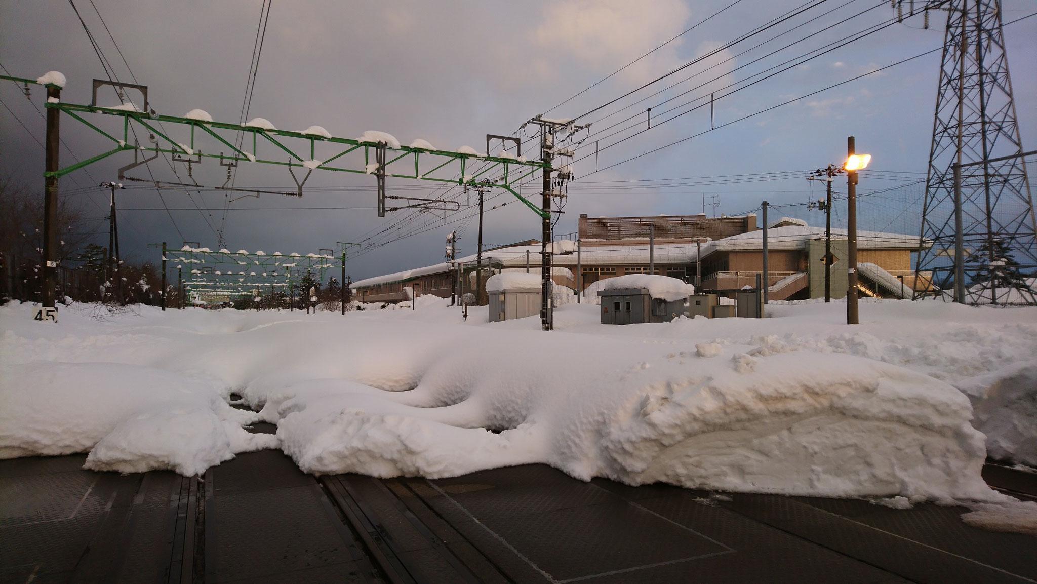画像に見える建物が当施設。隣のJR信越本線は除雪されていません。