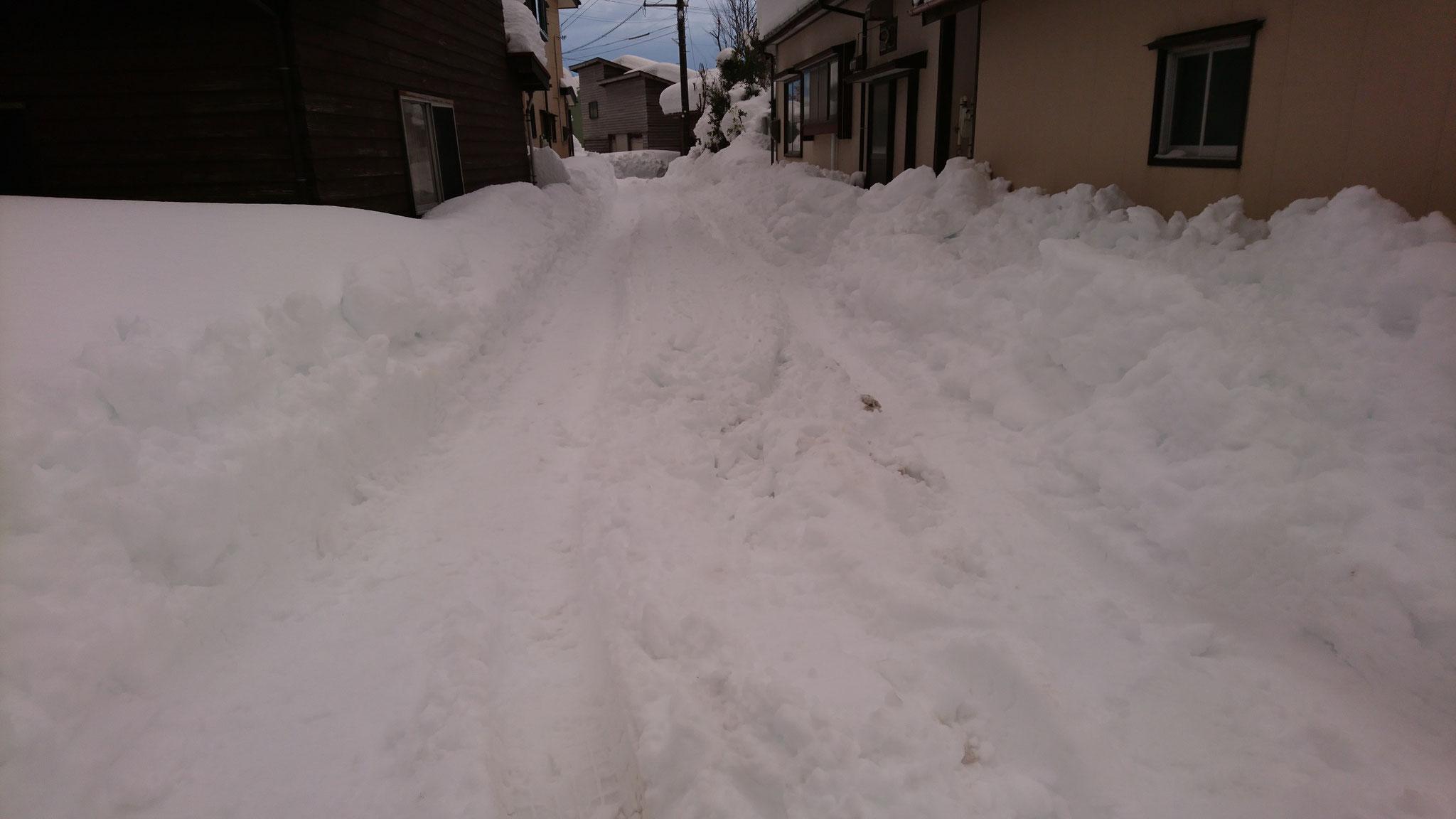 旧国道の枝道となる各家庭の生活道路。除雪車も入れず、歩くのもやっとの状態でした。