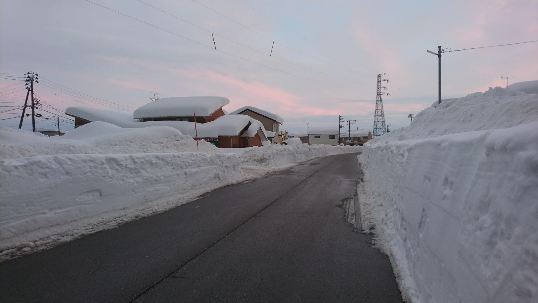 施設の脇を走る県道253号線。2m程の雪の壁に覆われています。