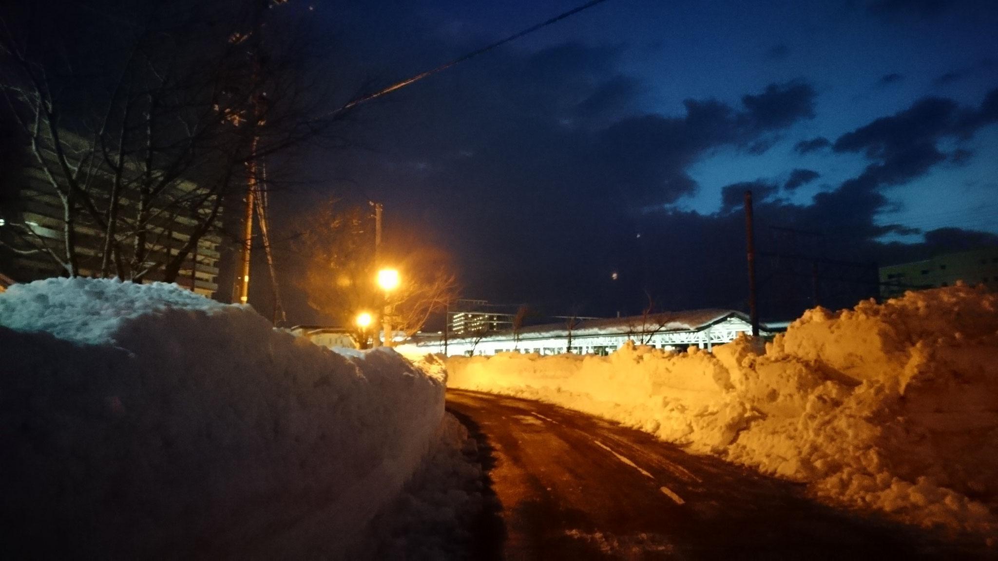しばらく歩くと、直江津駅舎の明かりが見えてきました。