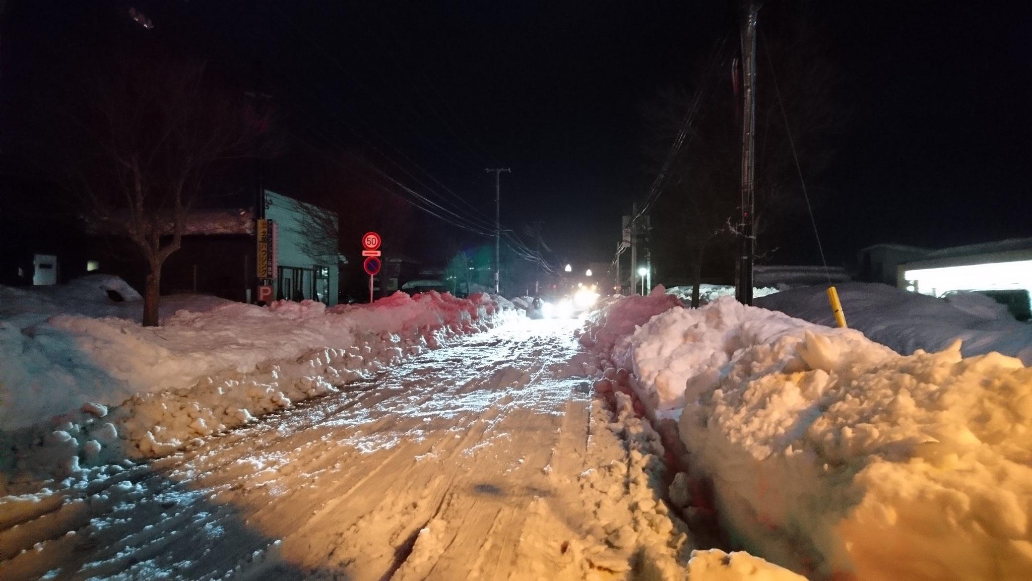 今朝の出勤時。昨晩引き返した道路は荒れ、歩行者にもドライバーにも、危険な状態です。