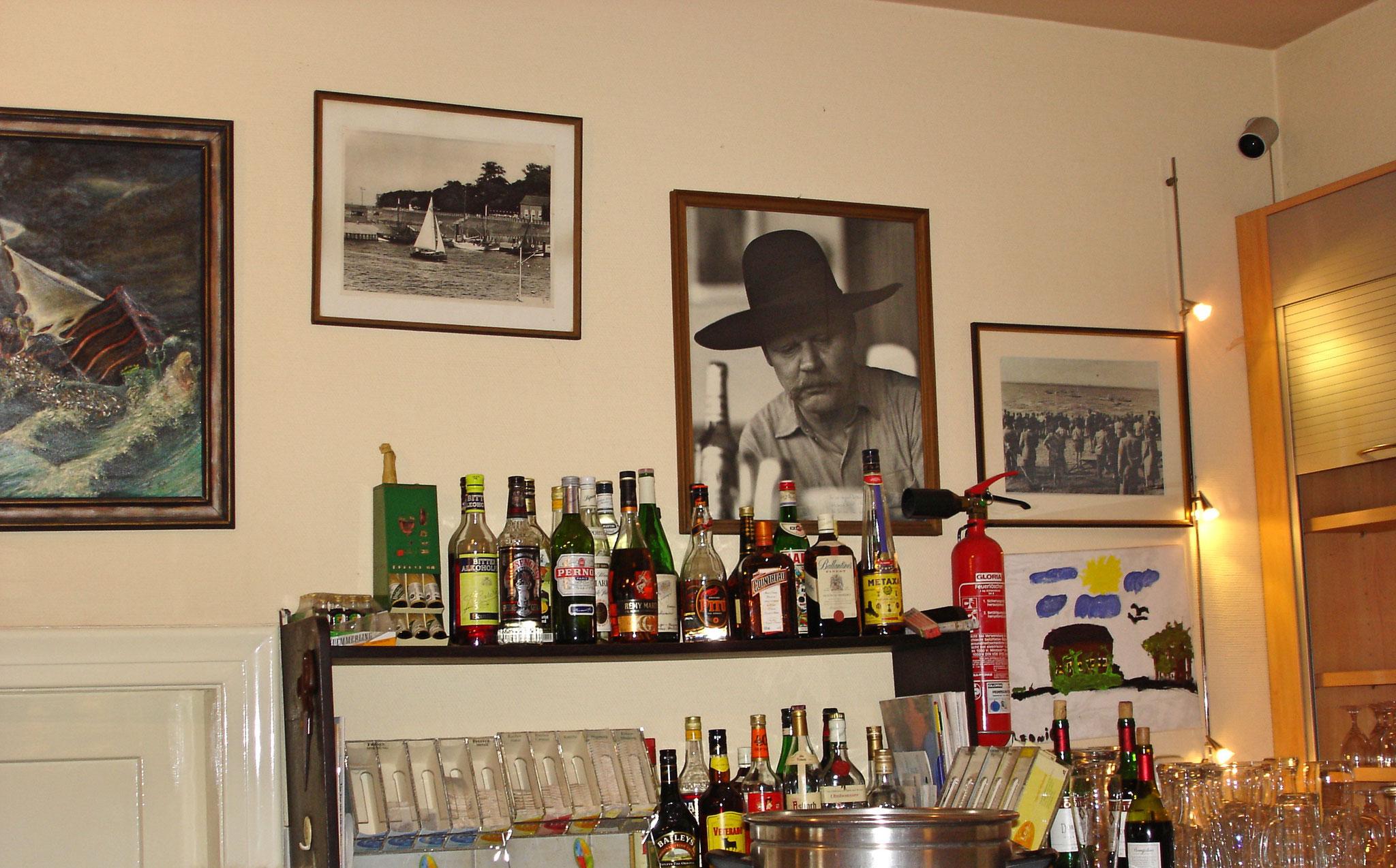 Im Kurhaus Dangast mit Foto vom Künstler Anatol im Hintergrund