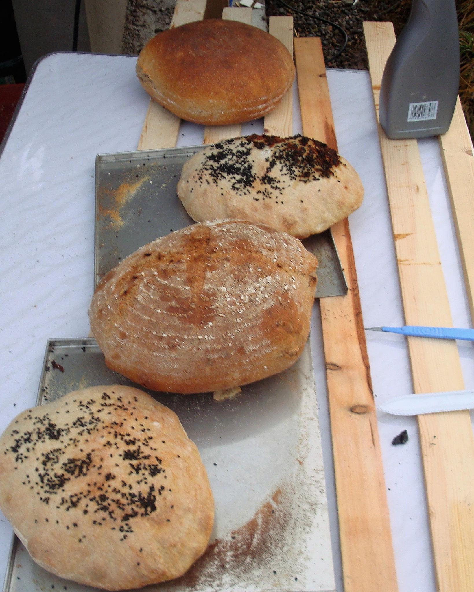 Türkisches Fladenbrot und Mischbrot aus dem Brotofen