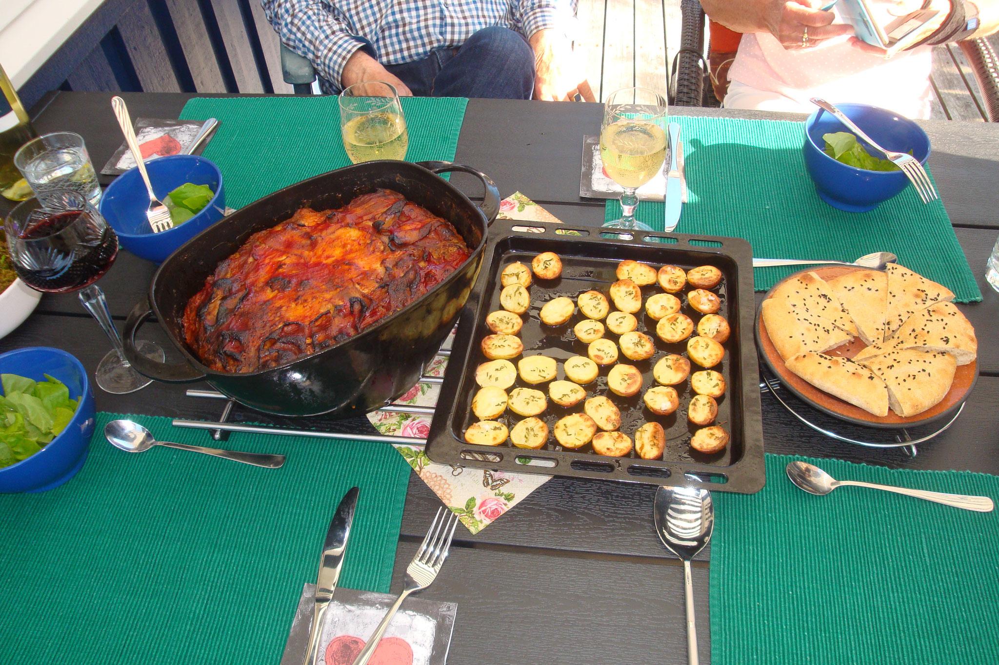 Mediterraner Hackfleischtopf mit Rosmarinkartoffeln und türk. Fladenbrot