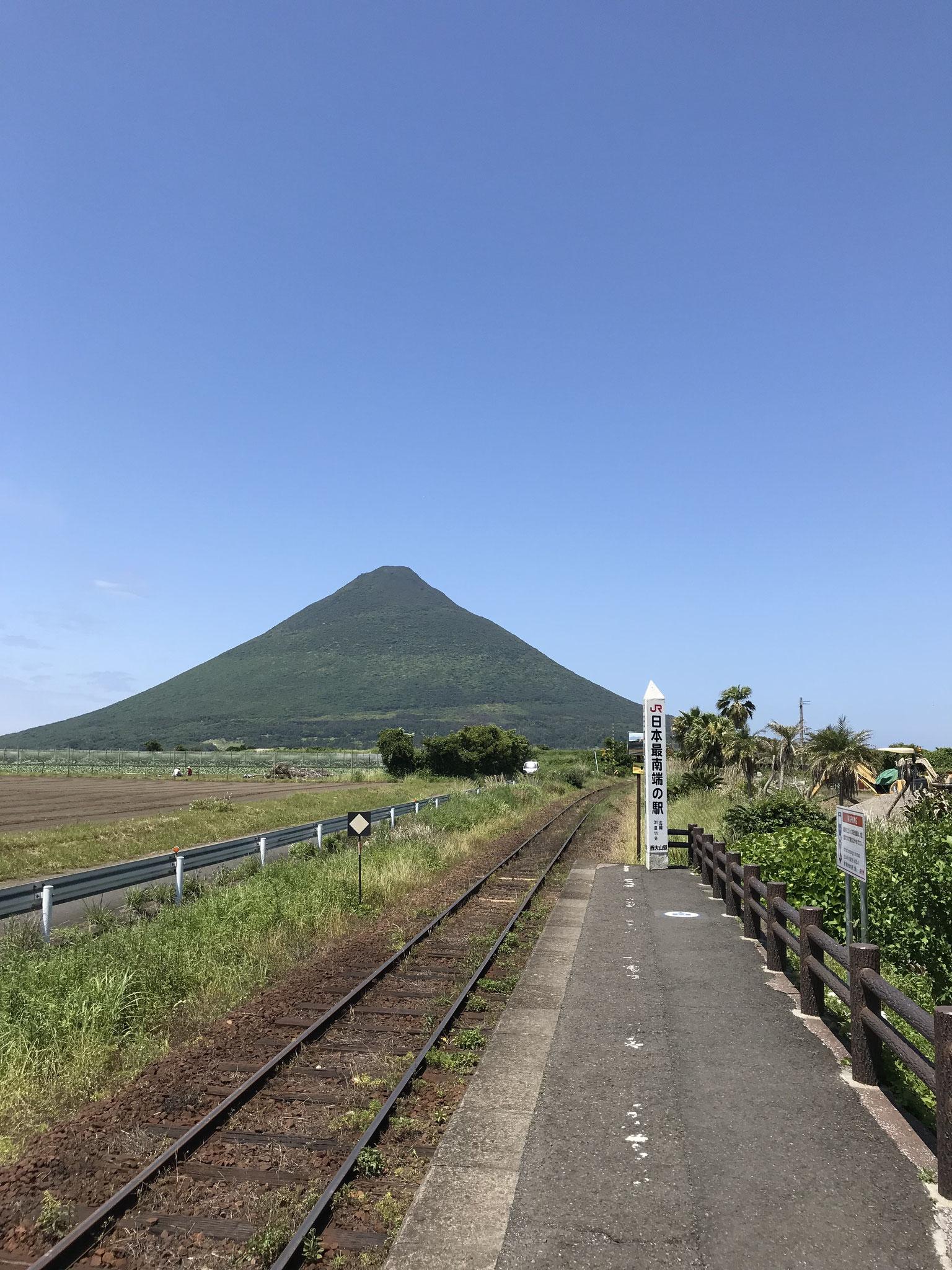 西大山駅と開聞岳(指宿市)