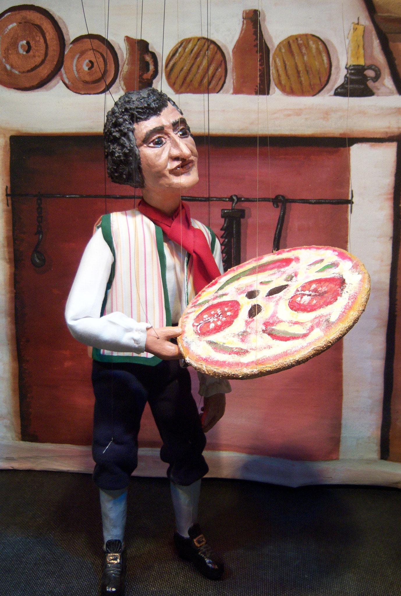 Angelo mit der Pizza Diavolo