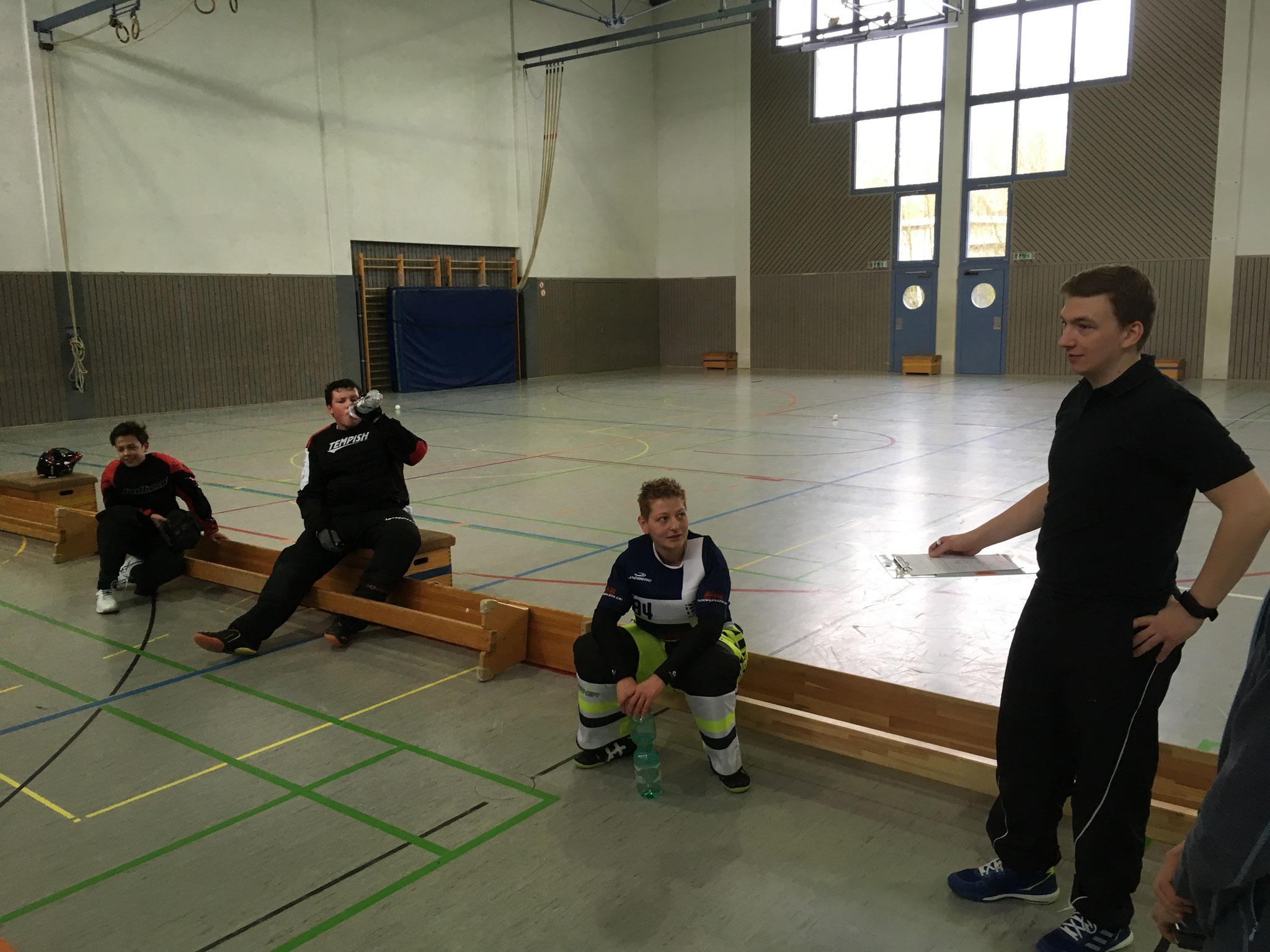 Gebannt lauschen die Torhüter dem Ex-U19-Nationaltorwart