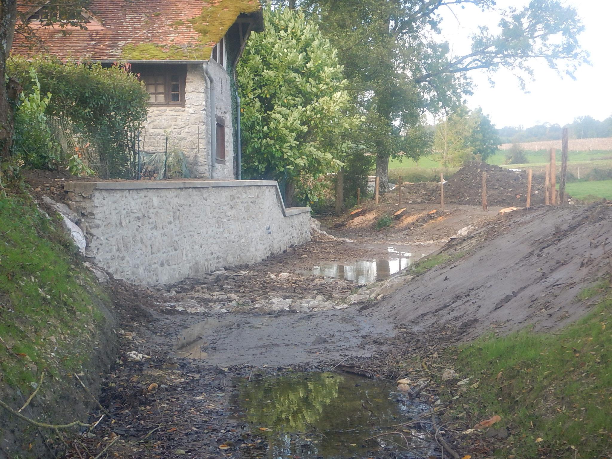 Fin du réglage du fond du lit au droit du moulin avant la mise en eau