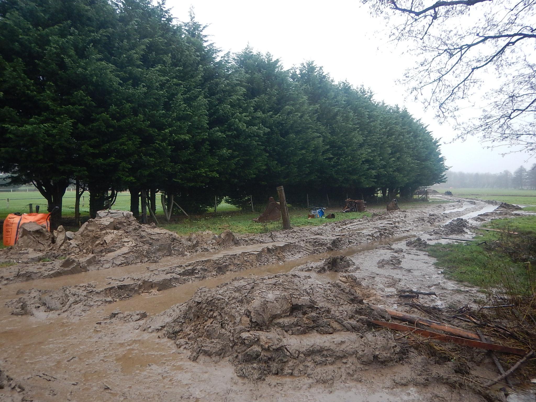 Inondation de la zone de chantier due au débordement du fossé de dérivation.