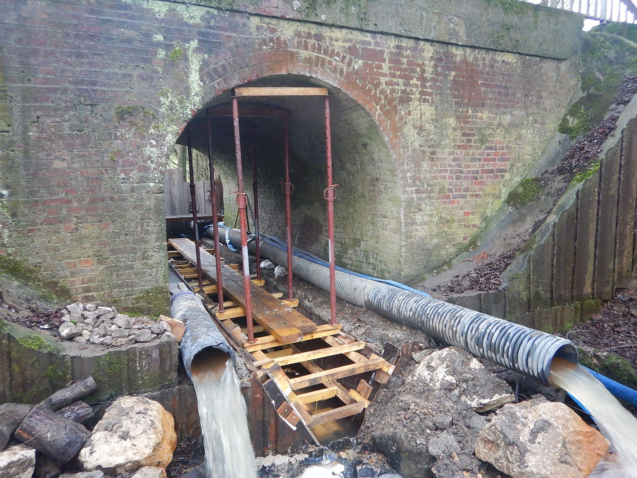 Mise en place des coffrages nécessaire à la construction du profil trapézoïdal du pont