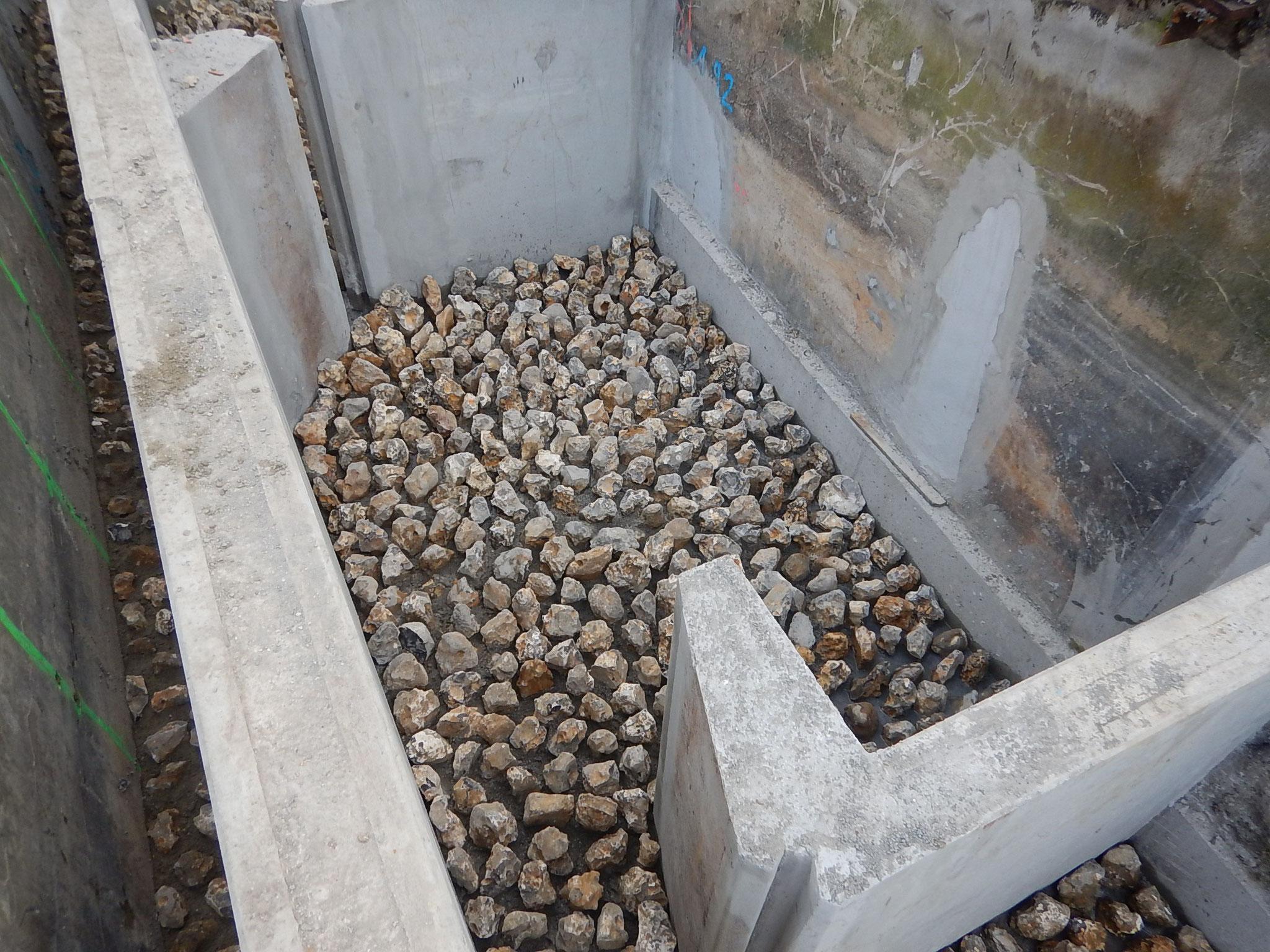 Installation d'un substrat rugueux en fond de bassin