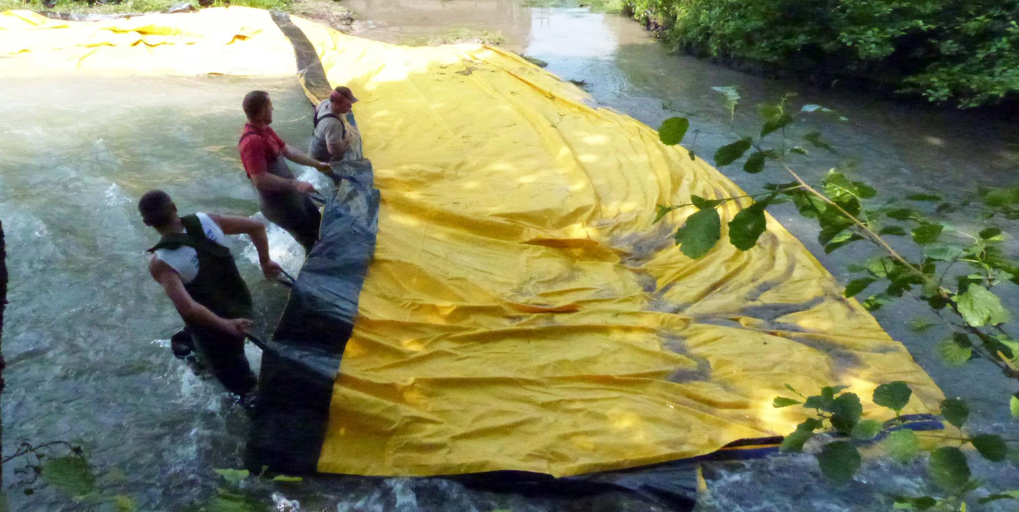 Mise en place du Watergate (grande bâche, qui permet de détourner la rivière pour les besoins des travaux)