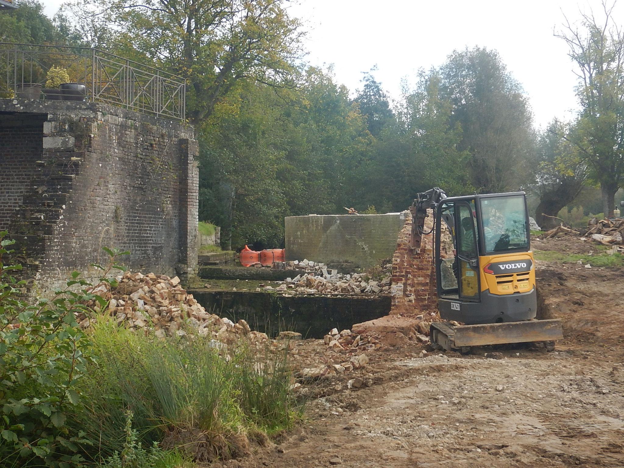 Démolition partielle des murs en rive gauche