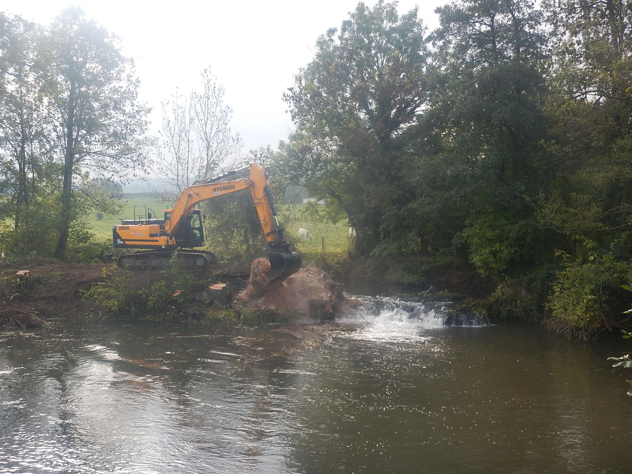 Démolition des maçonneries depuis la rive droite