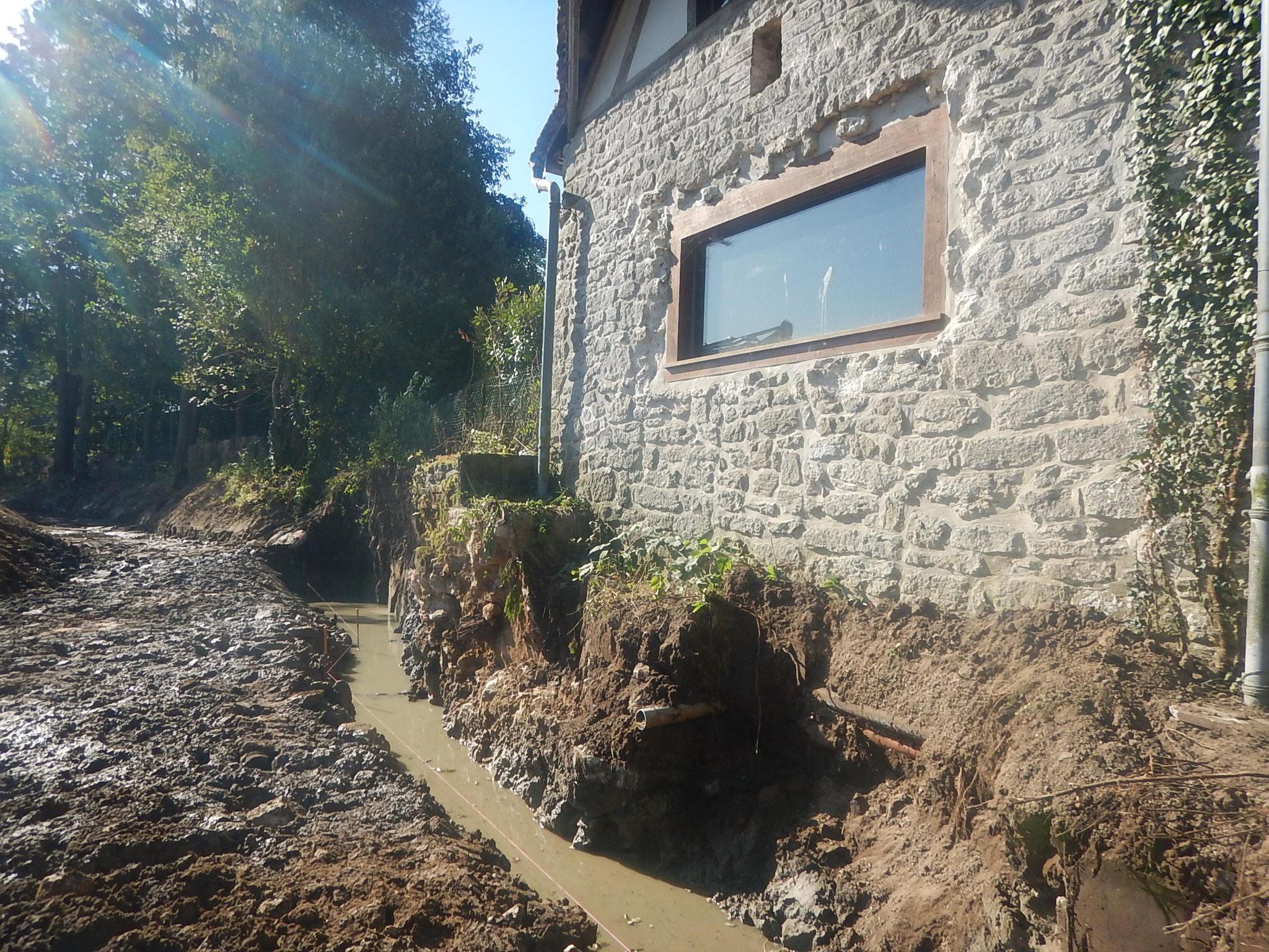 Terrassement des nouvelles fondations le long du moulin