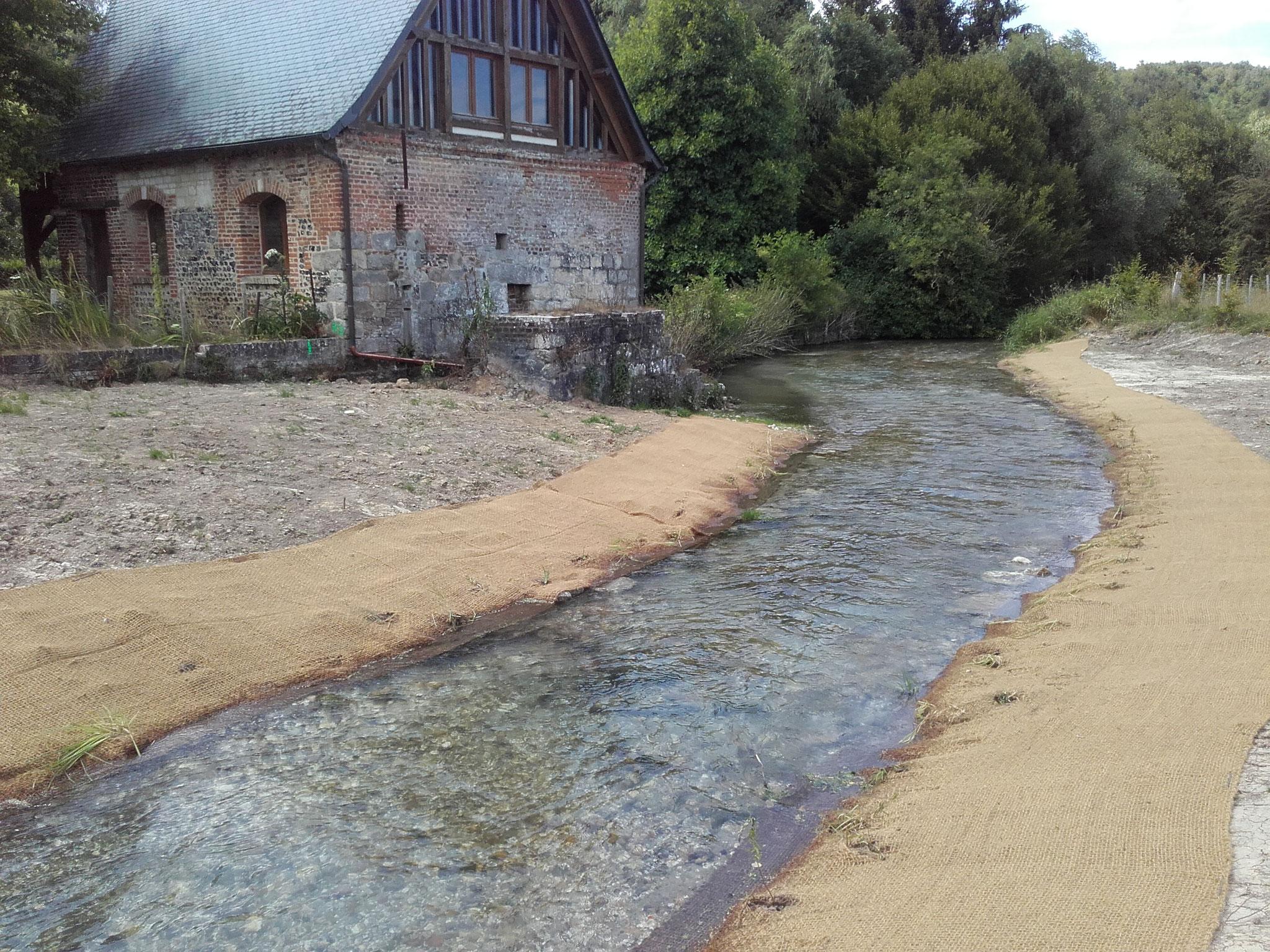 Mise en place du géotextile coco et des hélophytes au niveau du Moulin