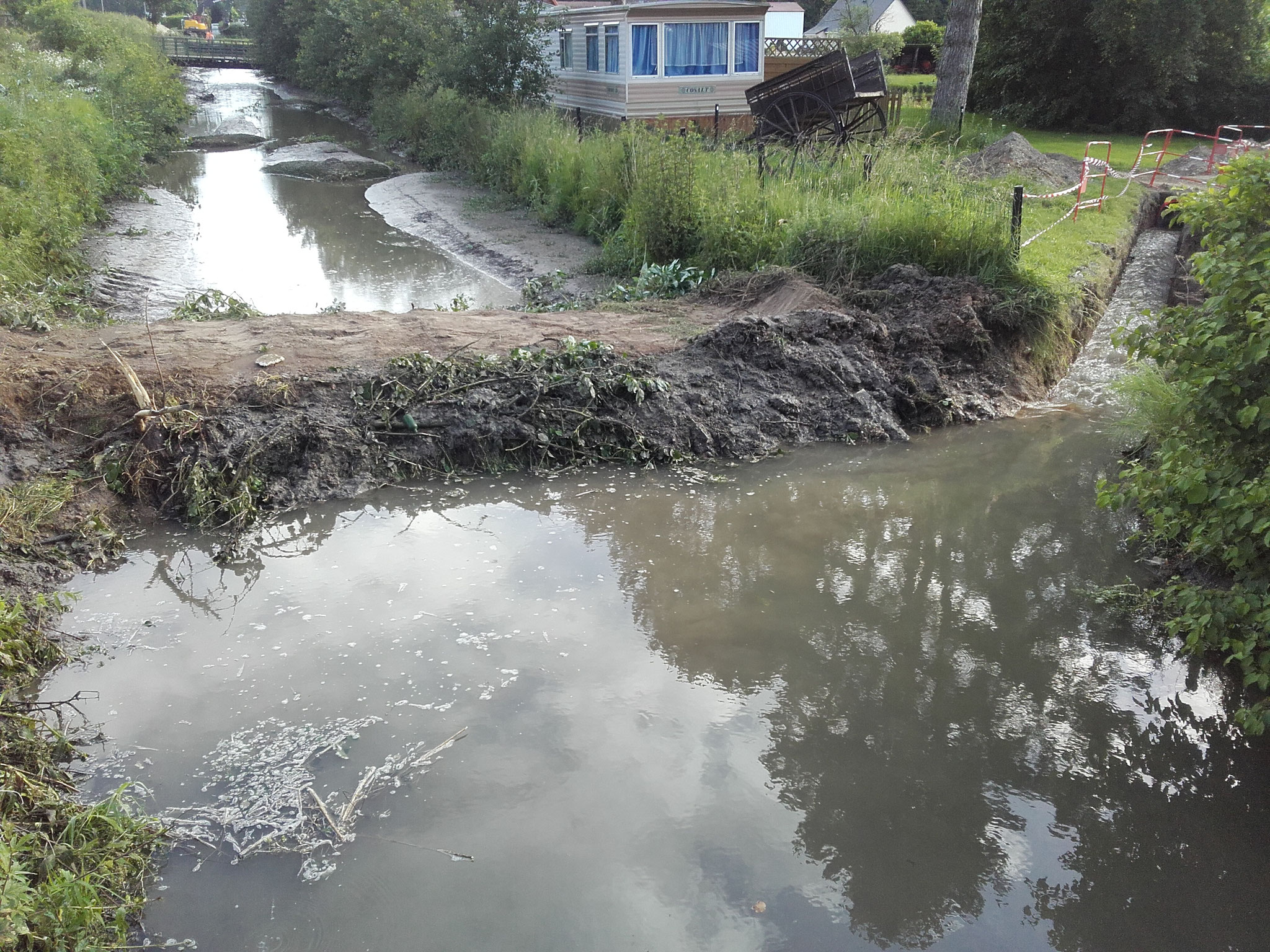 Mise en place d'un batardeau et d'une dérivation des eaux en amont de la zone de travaux
