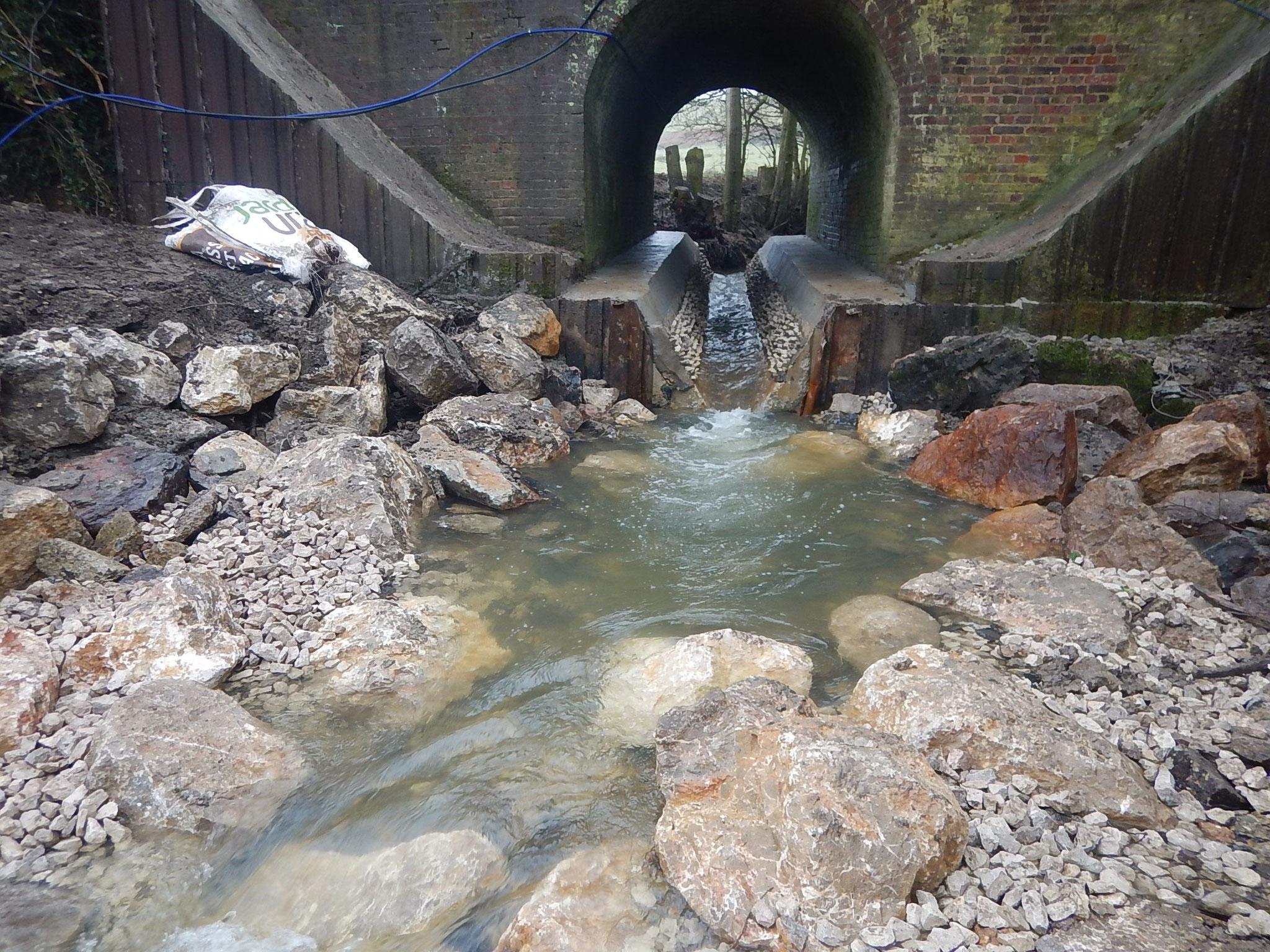 Vue de l'aval vers l'amont après la remise en eau sous l'ouvrage et la mise en place d'un seuil de fond en aval
